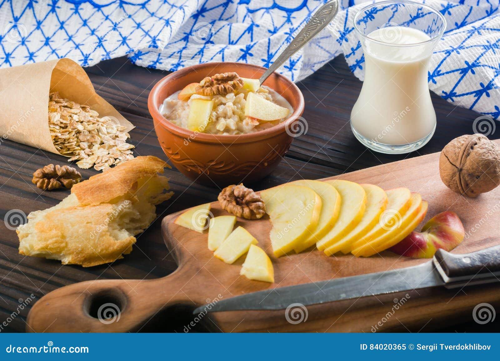 Gekookt havermoutpaphavermeel in een kom op houten donkere achtergrond Ingrediënten voor het koken