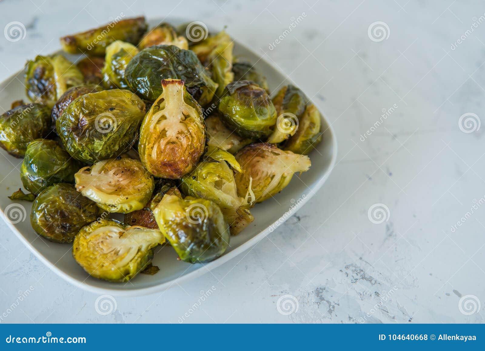 Download Gekookte Spruitjes In Een Witte Plaat Stock Foto - Afbeelding bestaande uit niemand, cooking: 104640668