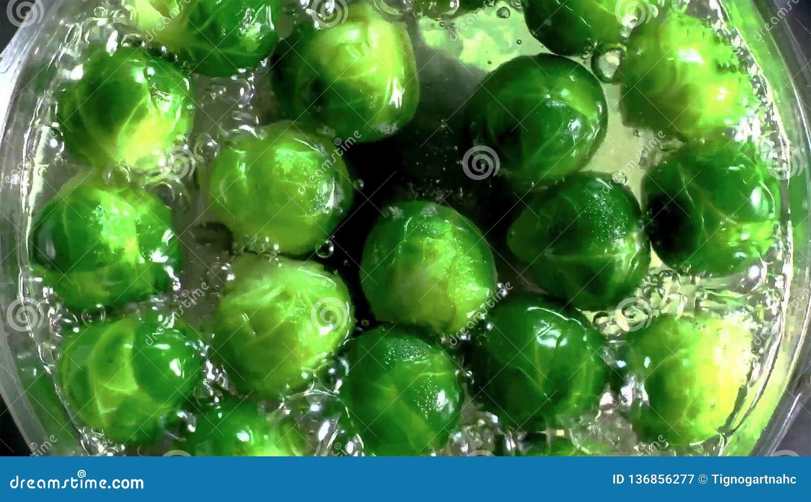 Gekookte spruitjes met water op metaalpan
