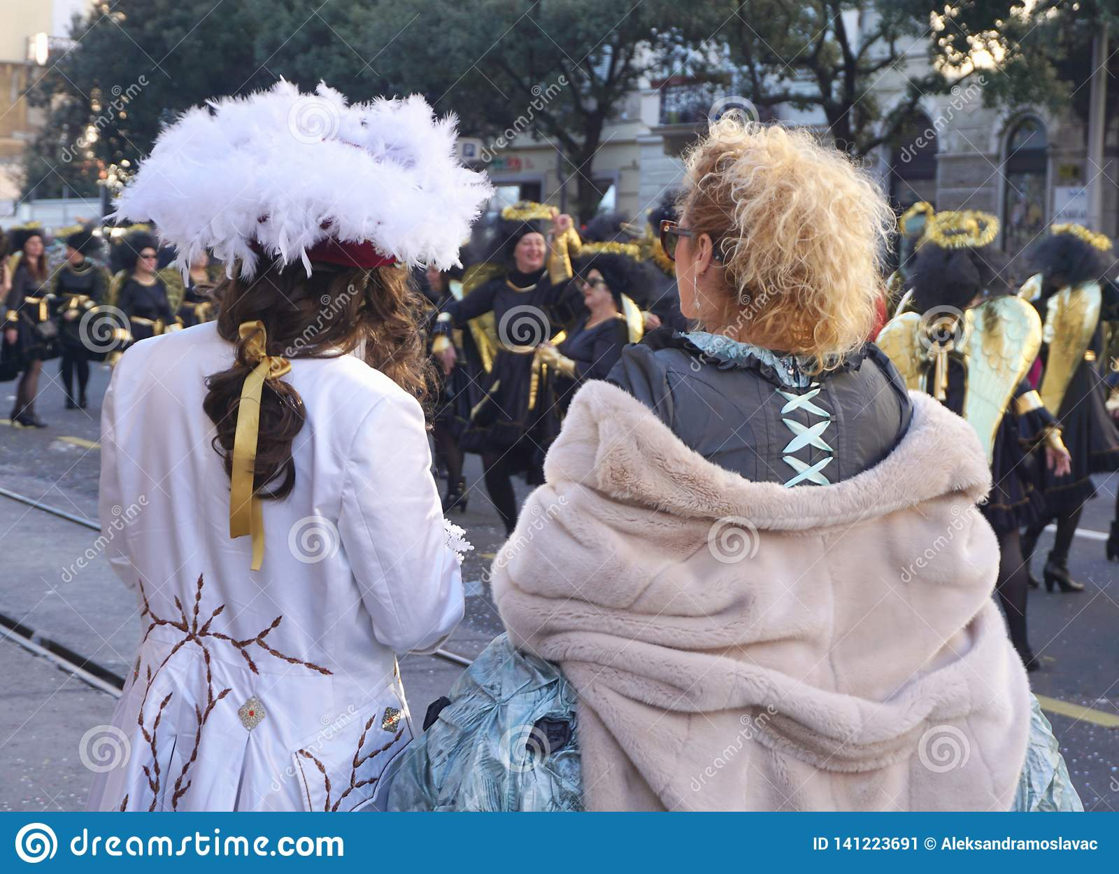 Gekostumeerd paar van de rug, op de straat bij de Carnaval-parade