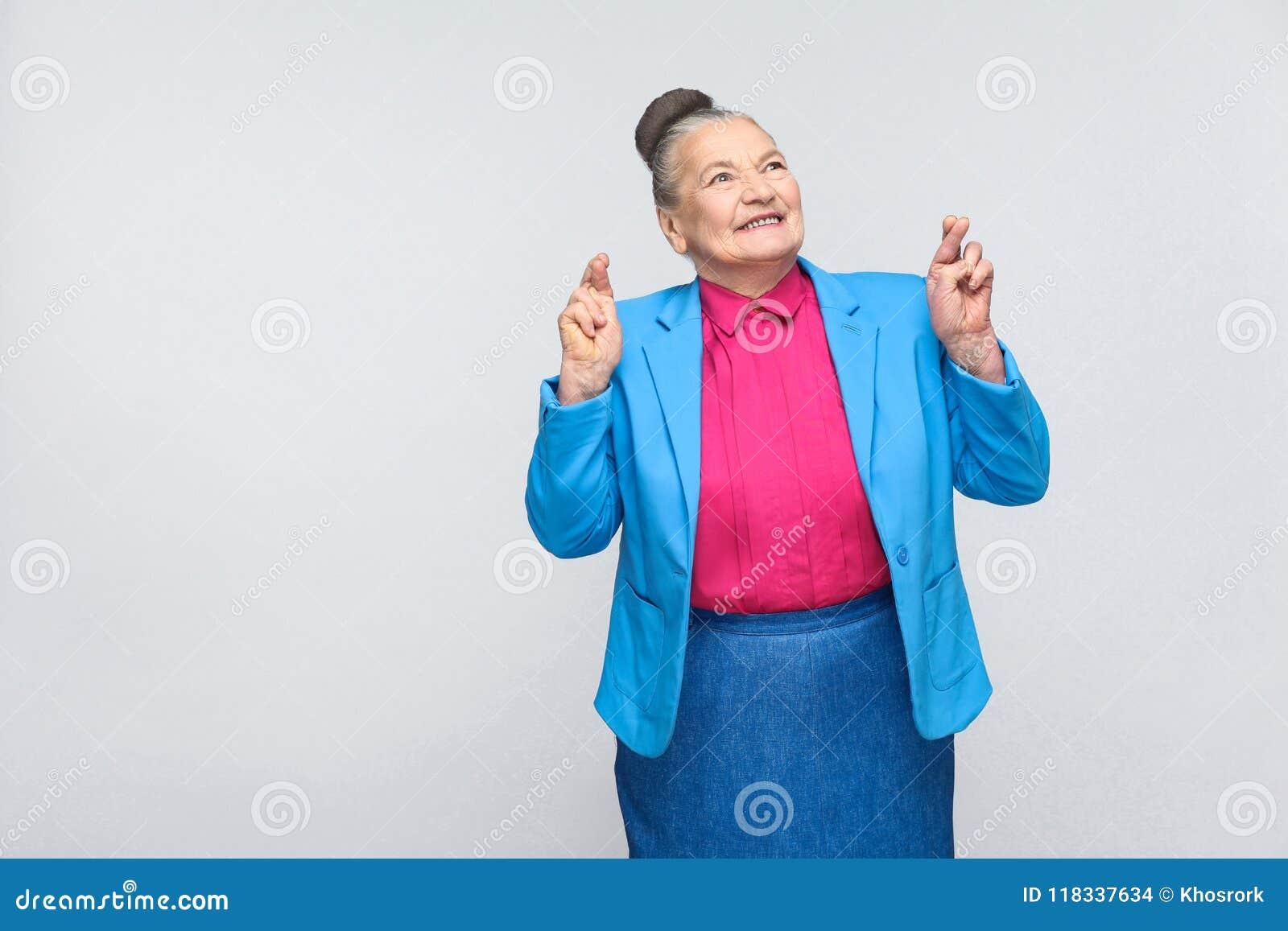 Gekreuzte Finger und Wunsch des Glückes Frau
