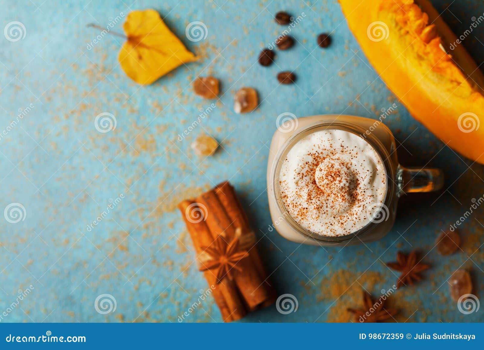 Gekruide de pompoen latte of de koffie in kop verfraaide kaneel op de turkooise uitstekende mening van de lijstbovenkant De herfs