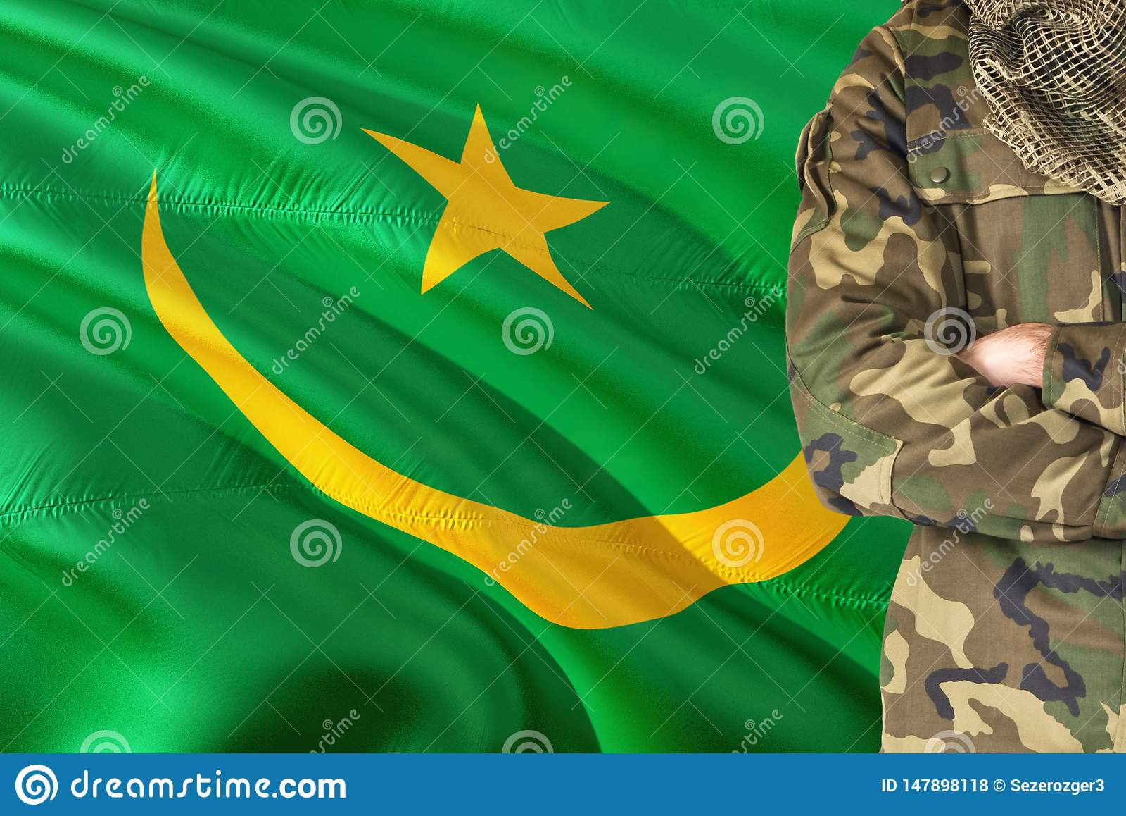 Gekruiste wapens Mauritaanse militair met nationale golvende vlag op achtergrond - het Militaire thema van Mauretanië