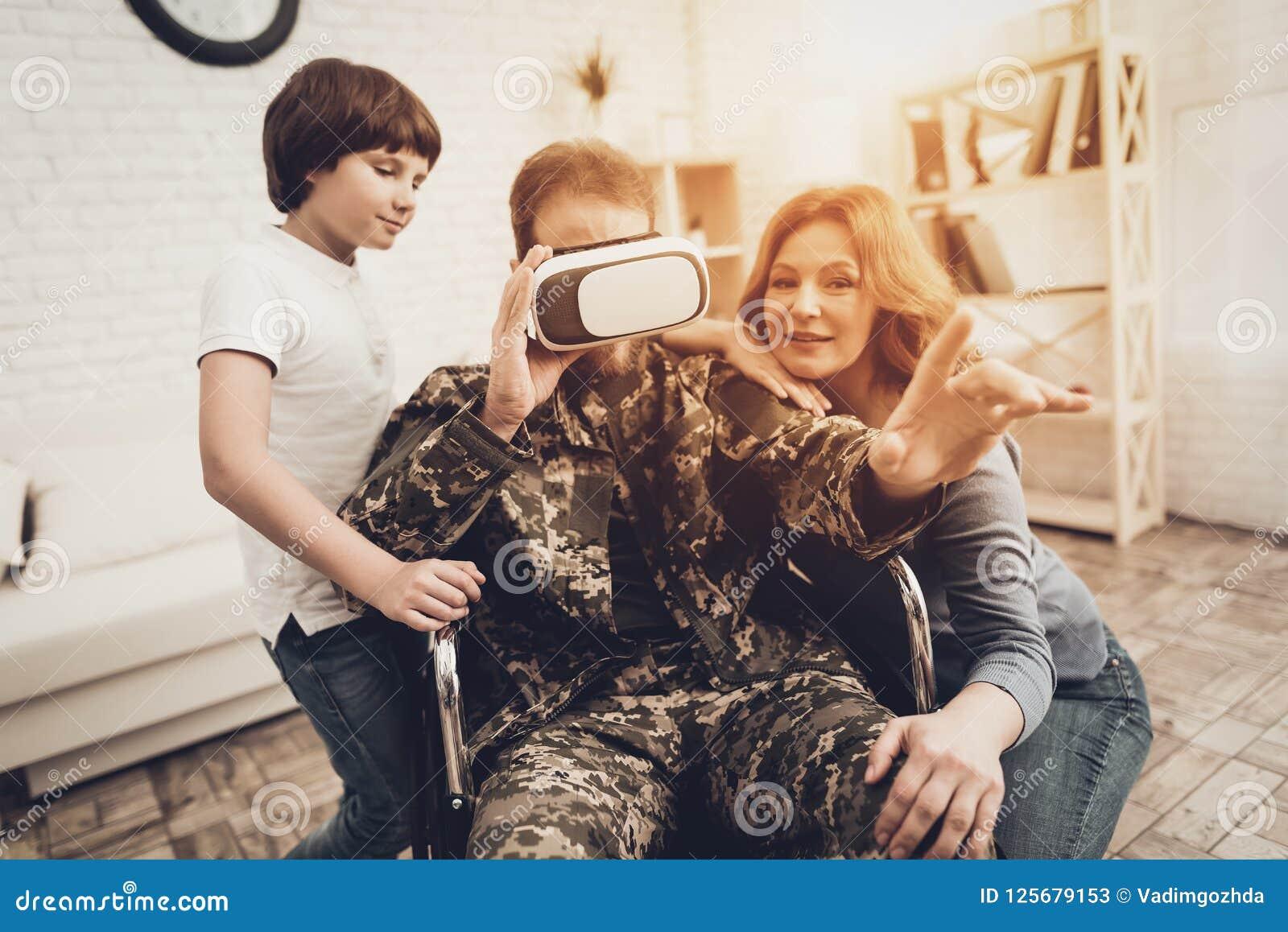 Gelähmter männlicher Soldat-Family Are Having-Spaß