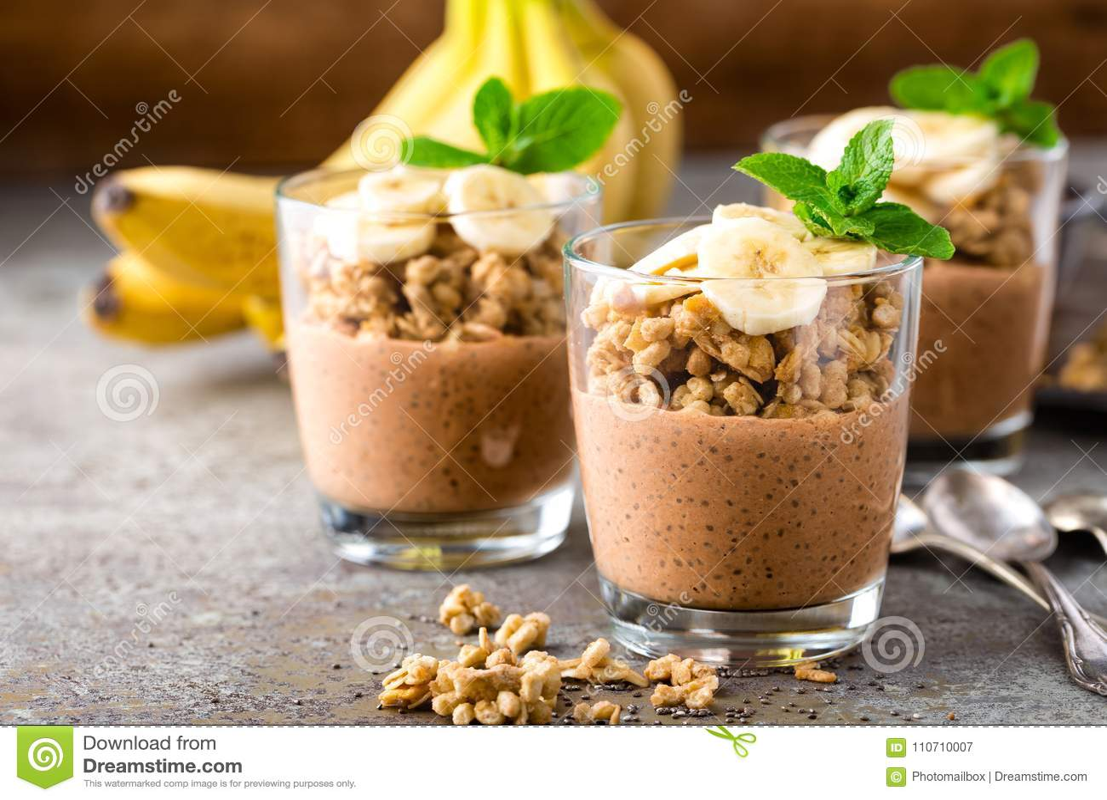 Gelaagd de puddingsparfait van chocoladechia met banaan, granola en yoghurt, dessert