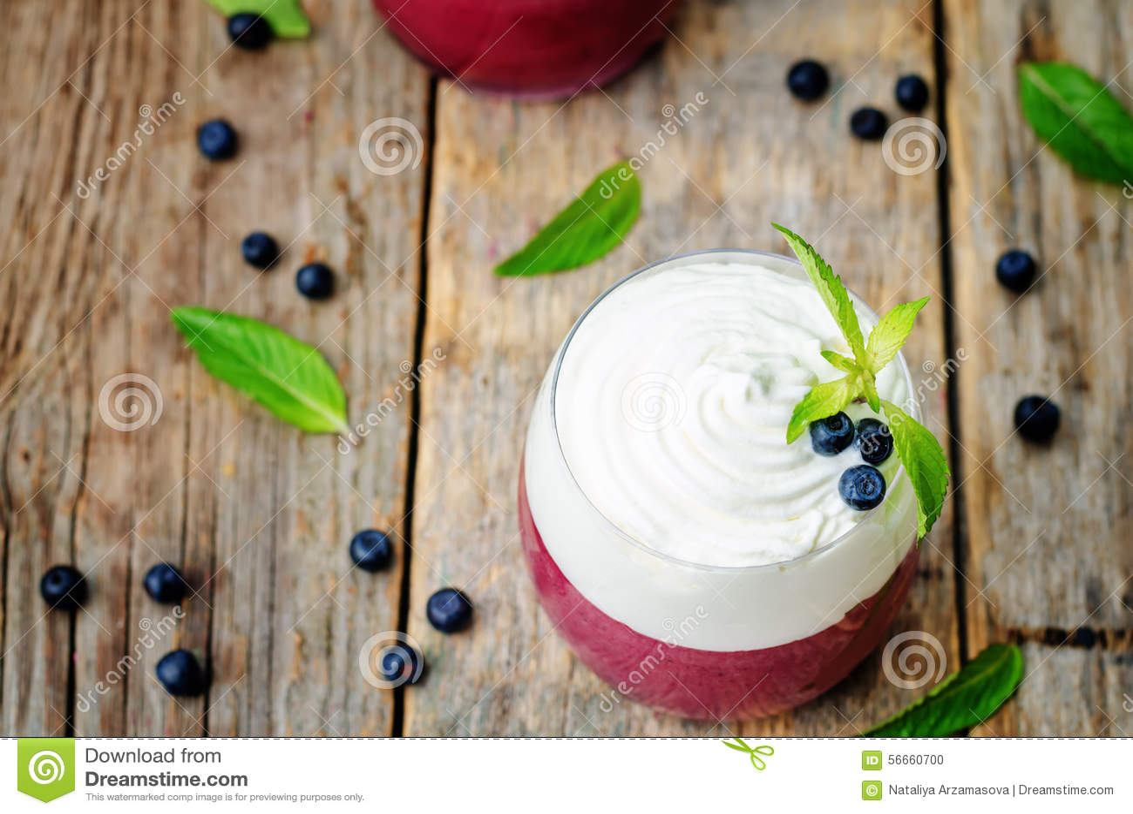 Gelaagd dessert met bosbessenmousse en slagroom, decorat