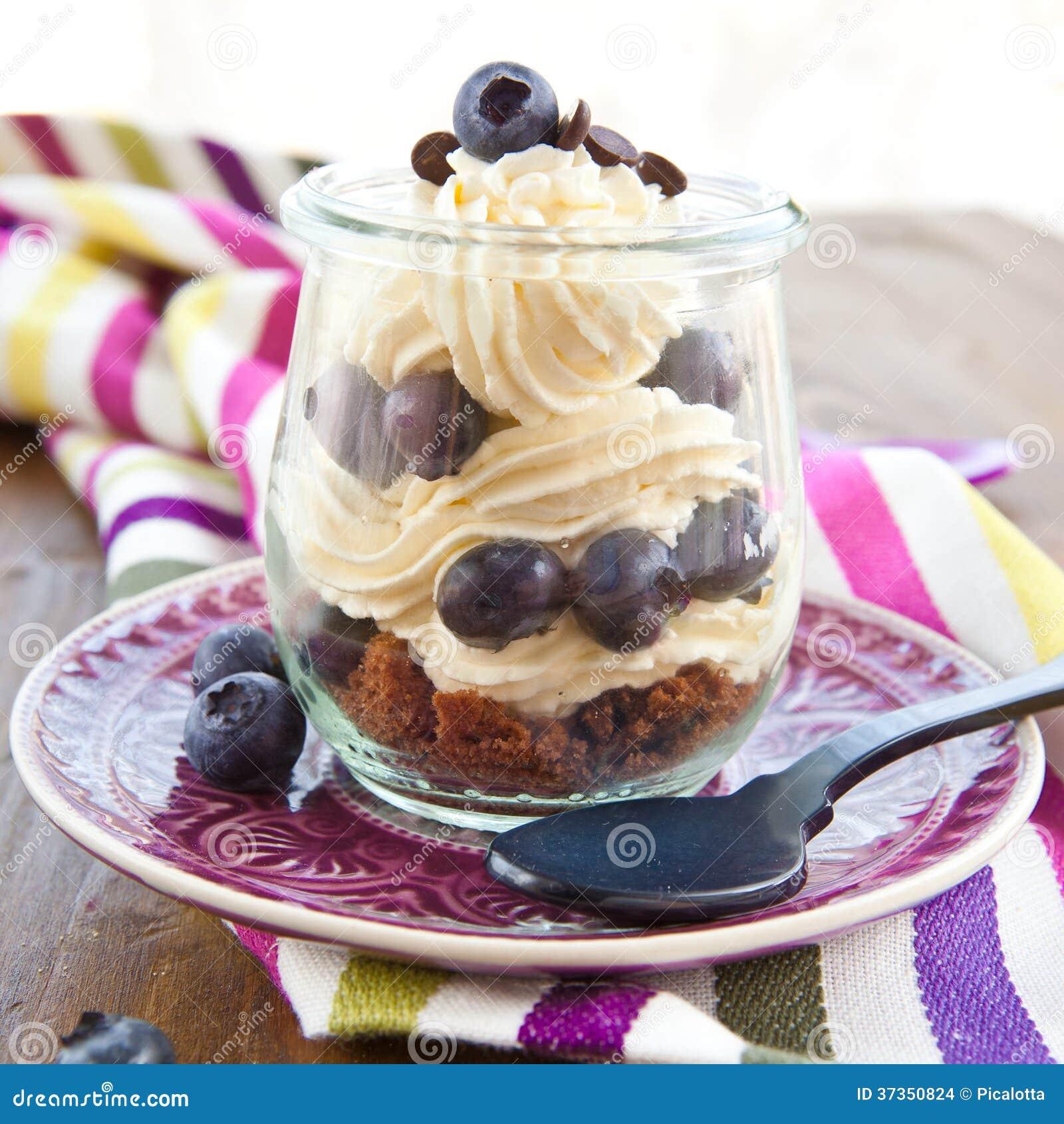 Gelaagd dessert met verse bosbessen