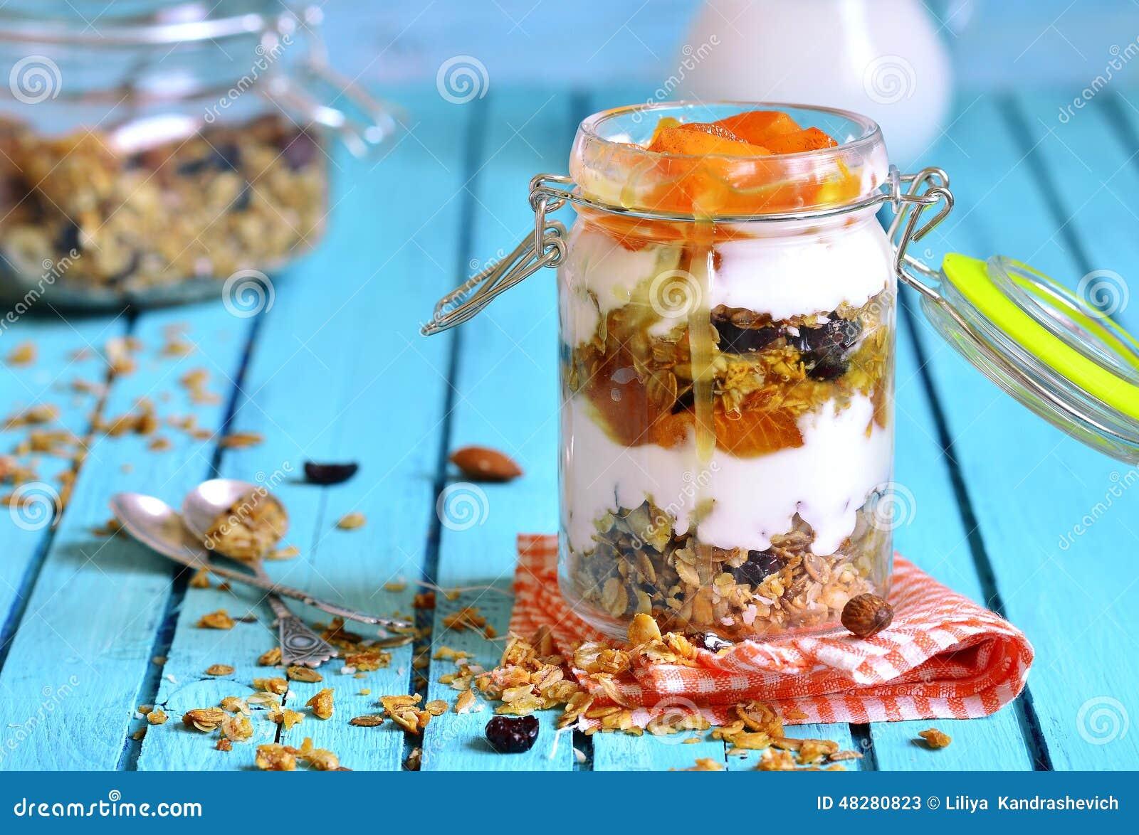 Gelaagd dessert van granola, yoghurt, dadelpruim en honing