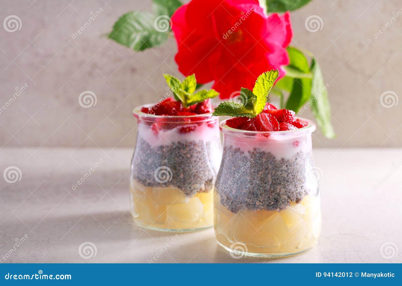 Gelaagd fruit, bes en chiazaad en yoghurtsnack