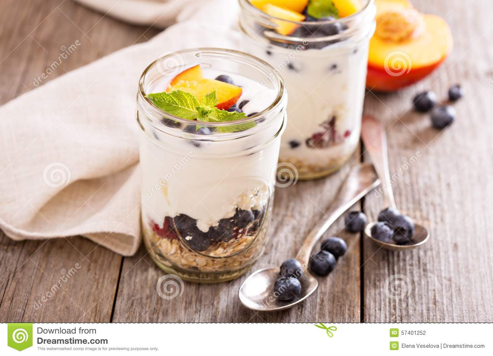 Gelaagd ontbijtparfait met granola en vruchten