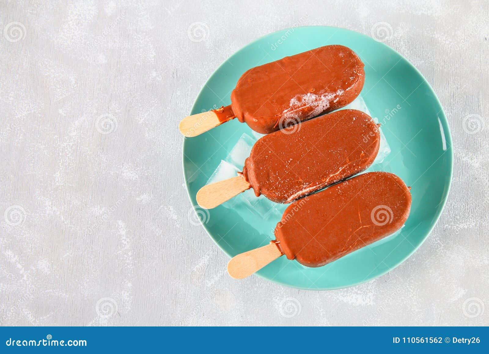 Gelado em um prato azul em uma tabela cinzenta esquimó