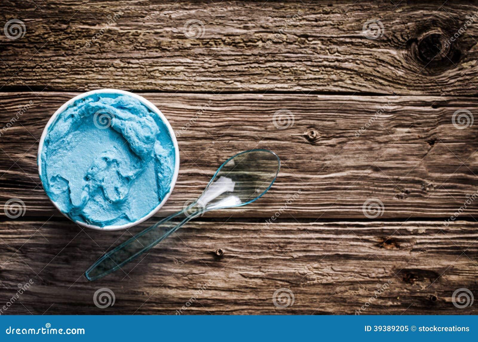Gelado italiano azul de refrescamento fresco em uma cuba