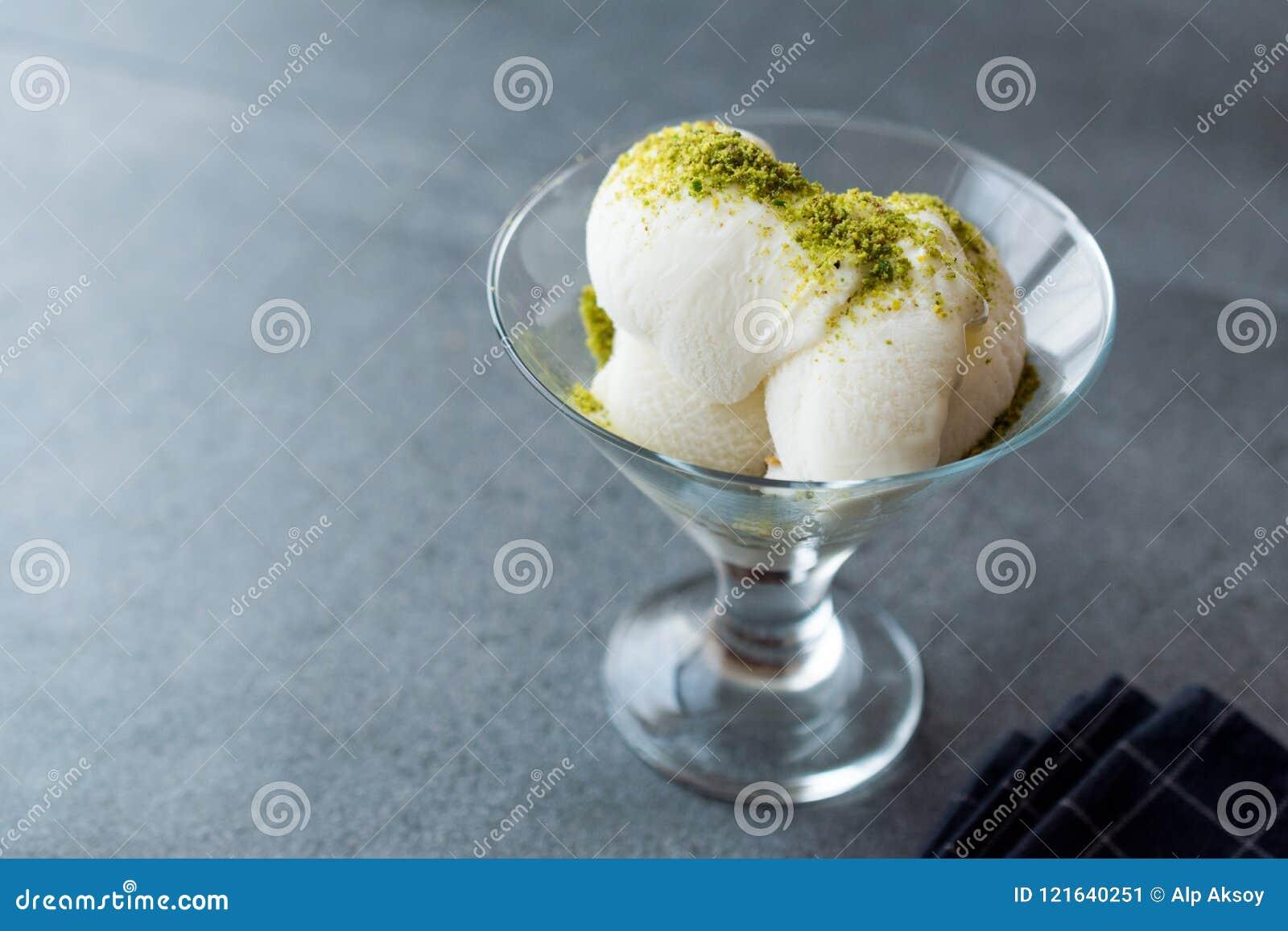Gelato alla vaniglia di Maras del turco con la parte servita polvere del pistacchio in tazza di vetro