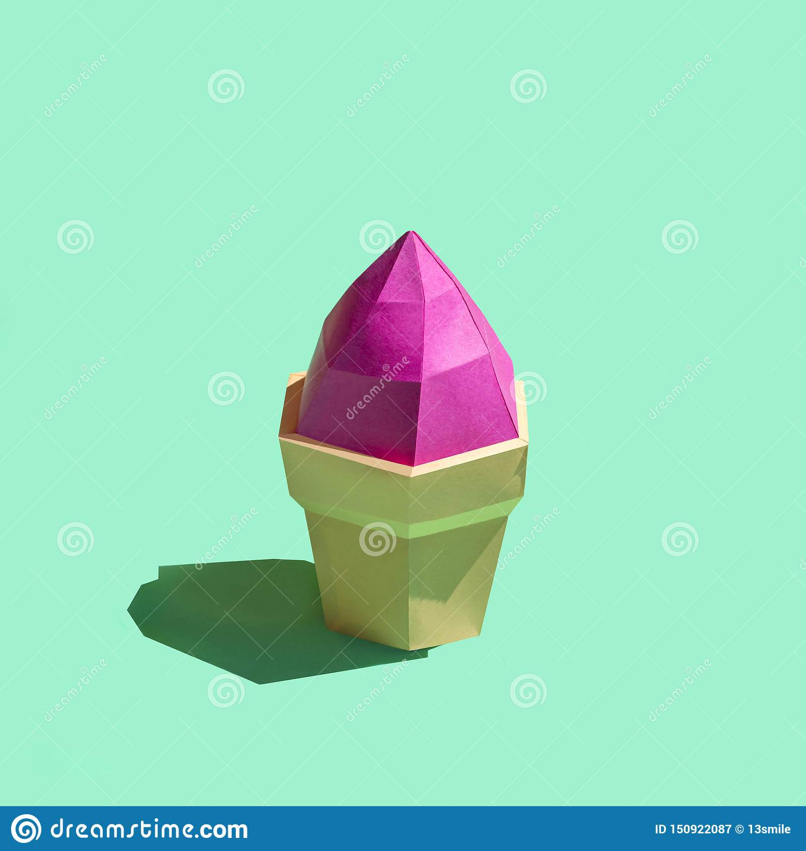 Gelato di carta in tazza della cialda in sole luminoso