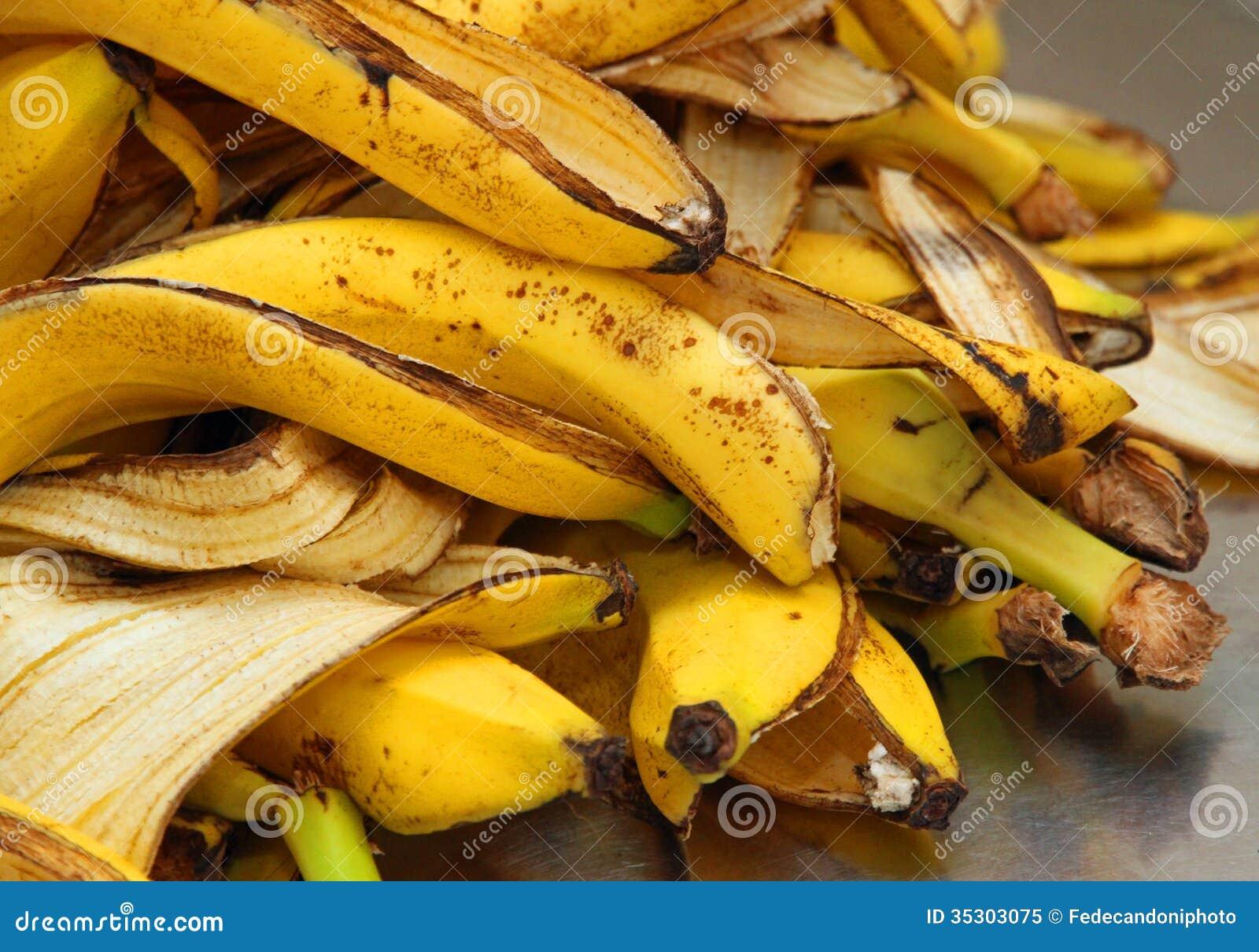 Gelbe bananenschalen ziehen gerade ab um biomüll zu speichern