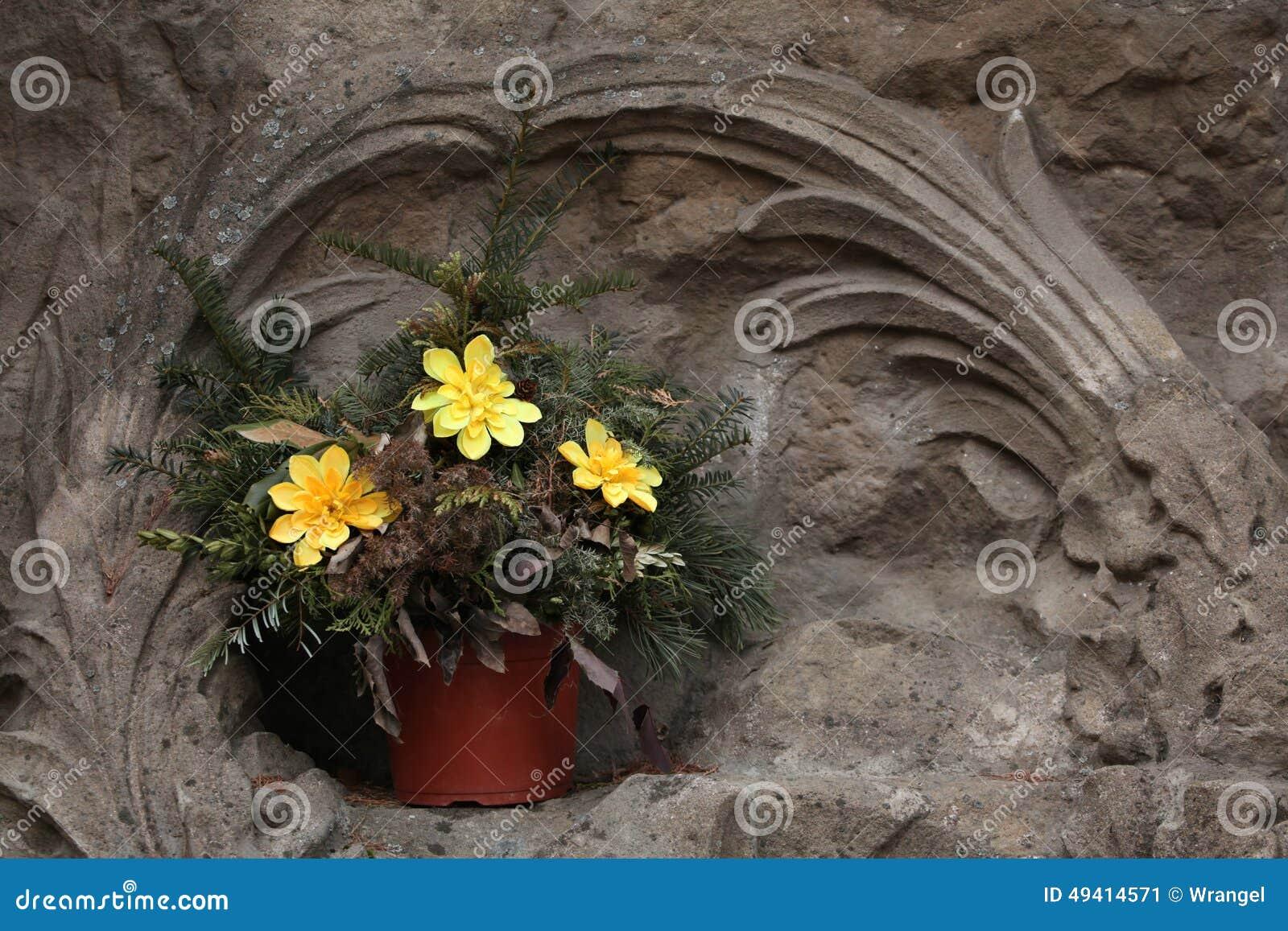 Download Gelbe Blumen Am Kirchhof In Jaromer, Tschechische Republik Stockbild - Bild von nachricht, graveyard: 49414571
