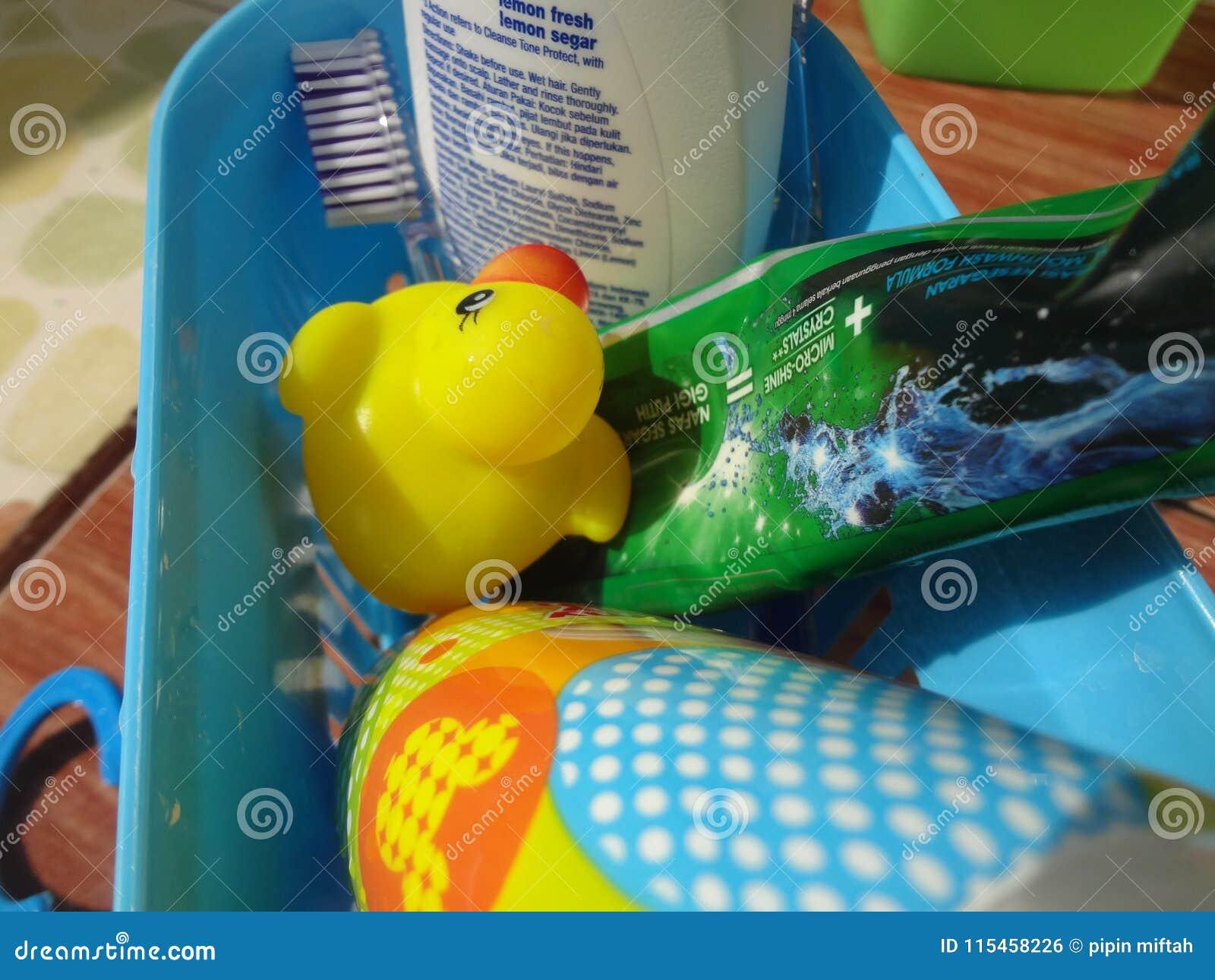 Gelbe Ente unter Toilettenartikeln