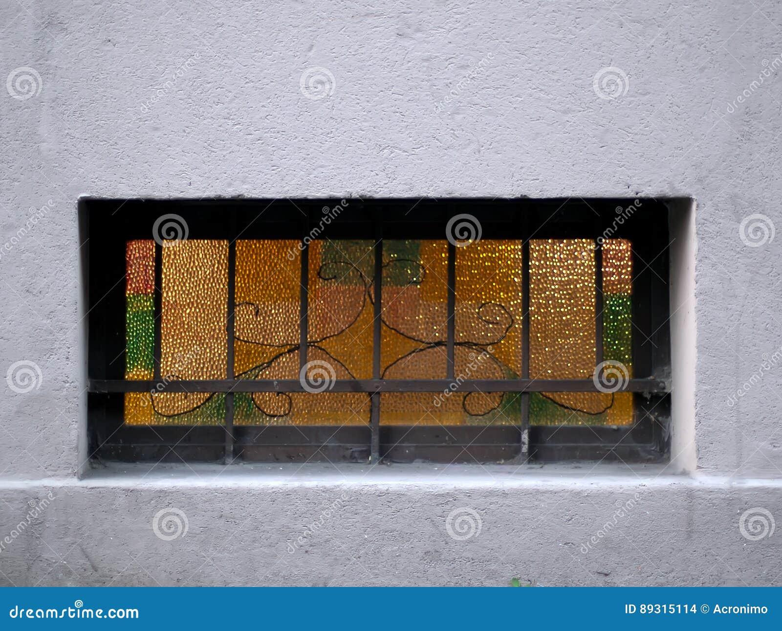 gelbe fenster stockfoto. bild von außen, grill, fenster - 89315114