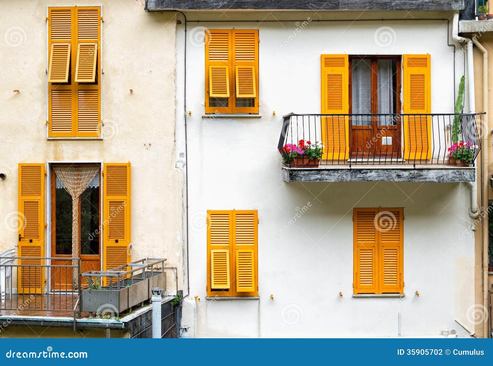 gelbe fensterl den stockfotografie bild 35905702. Black Bedroom Furniture Sets. Home Design Ideas