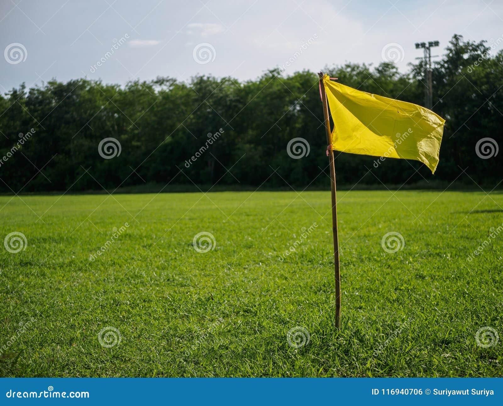 Gelbe Flagge an der Ecke des Fußballplatzes Sportflagge und Zeichen conce