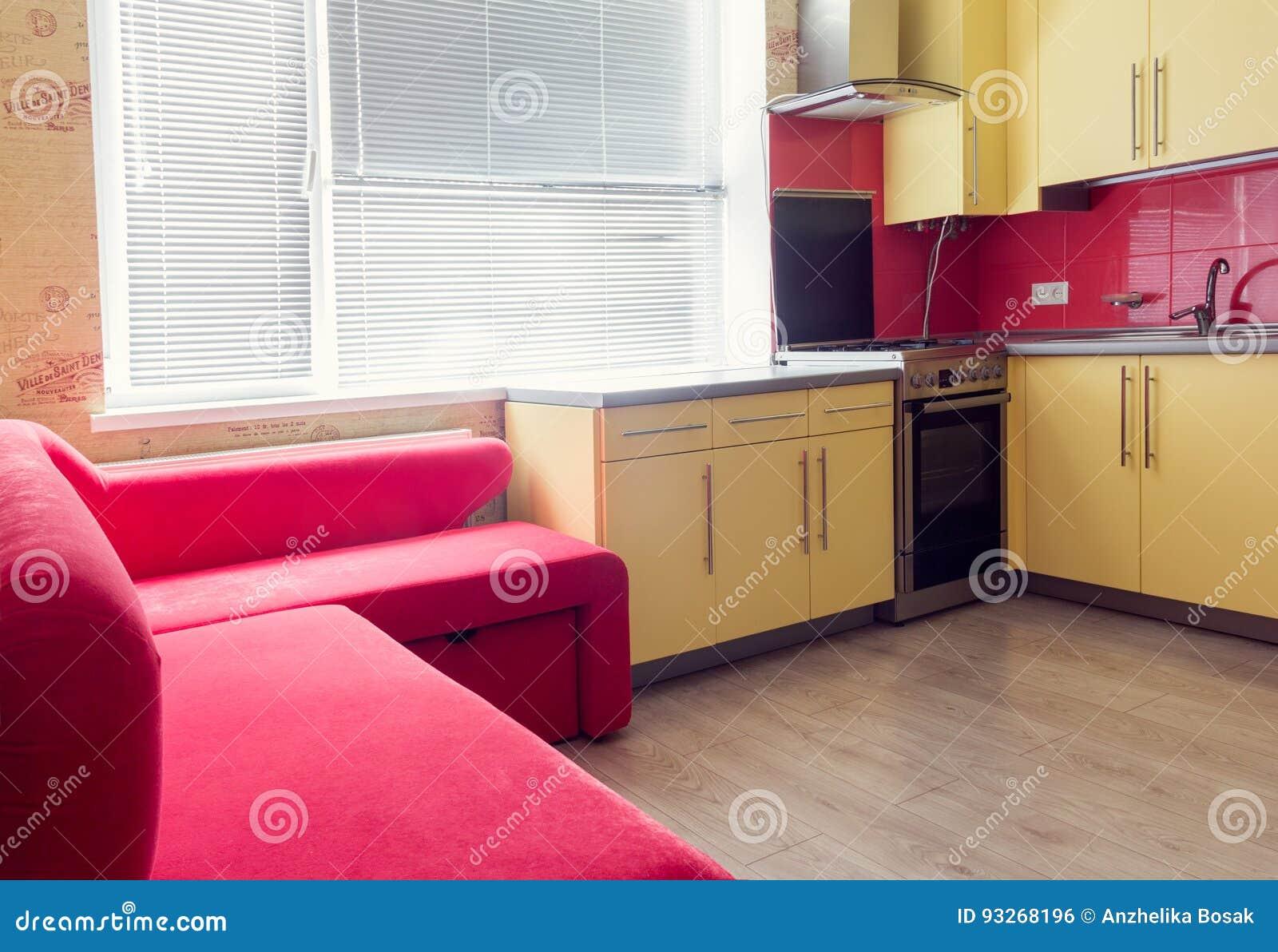 Gelbe Küche Mit Des Fensters, Lamellenförmig Angeordneter Und Roter ...
