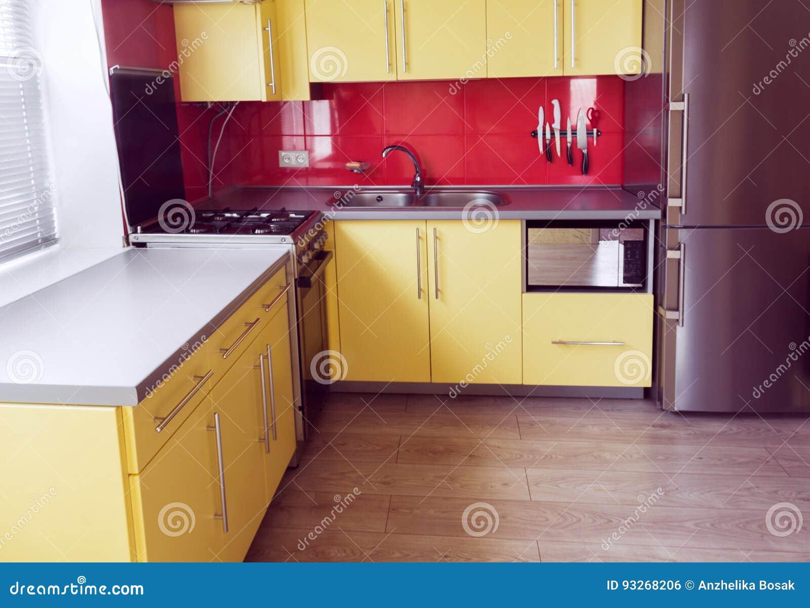 Gelbes Haus Graue Fenster - Heimidee