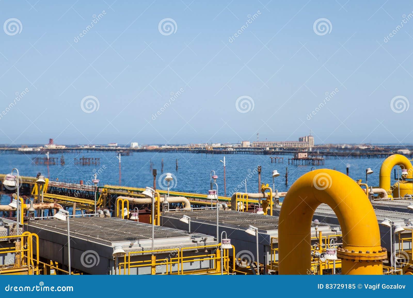 Gelbe Rohre Und Verbindungen Mit Hintergrund Von Meer