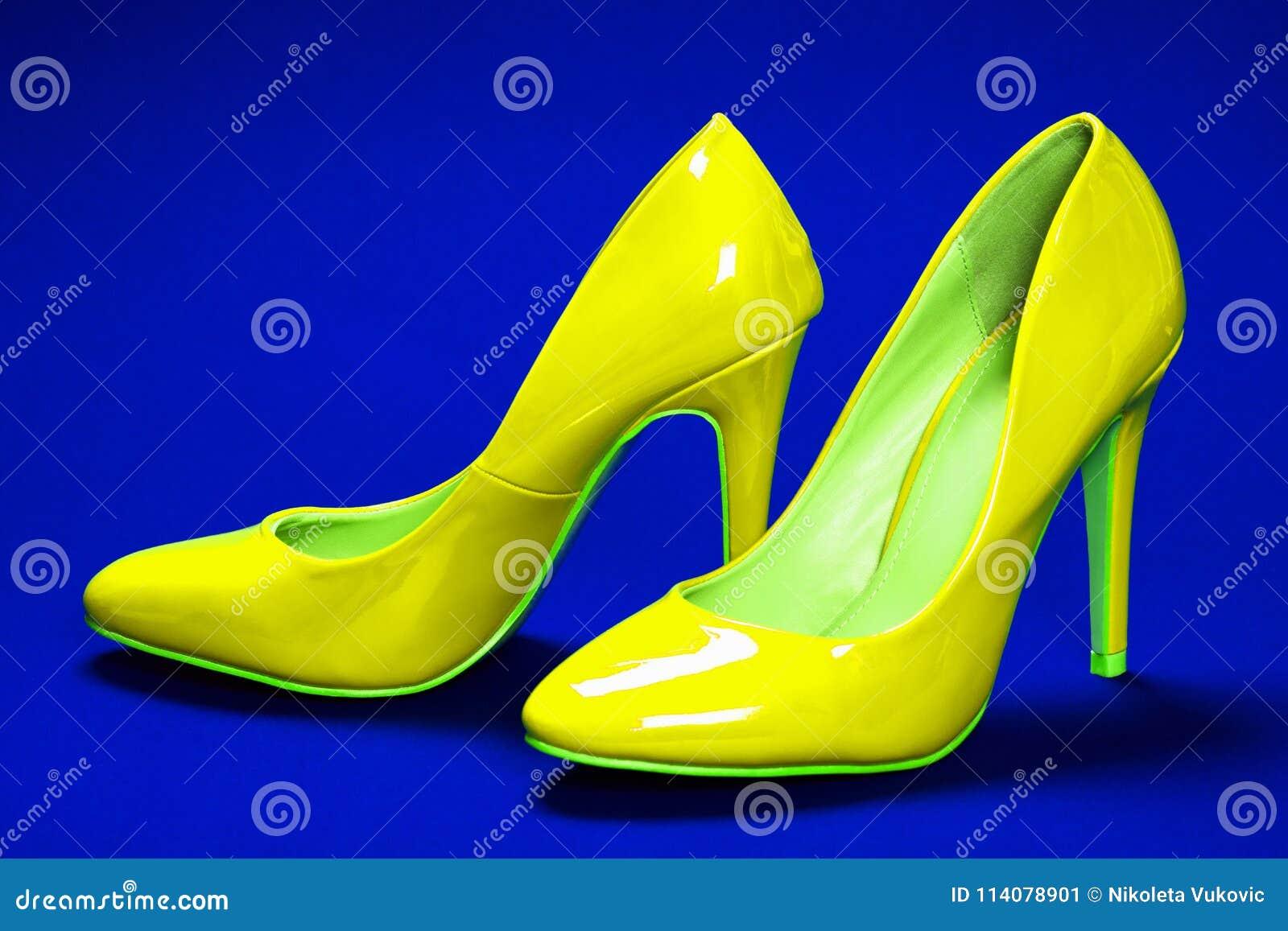 gelbe schuhe der hohen absätze stockbild - bild von schuhe