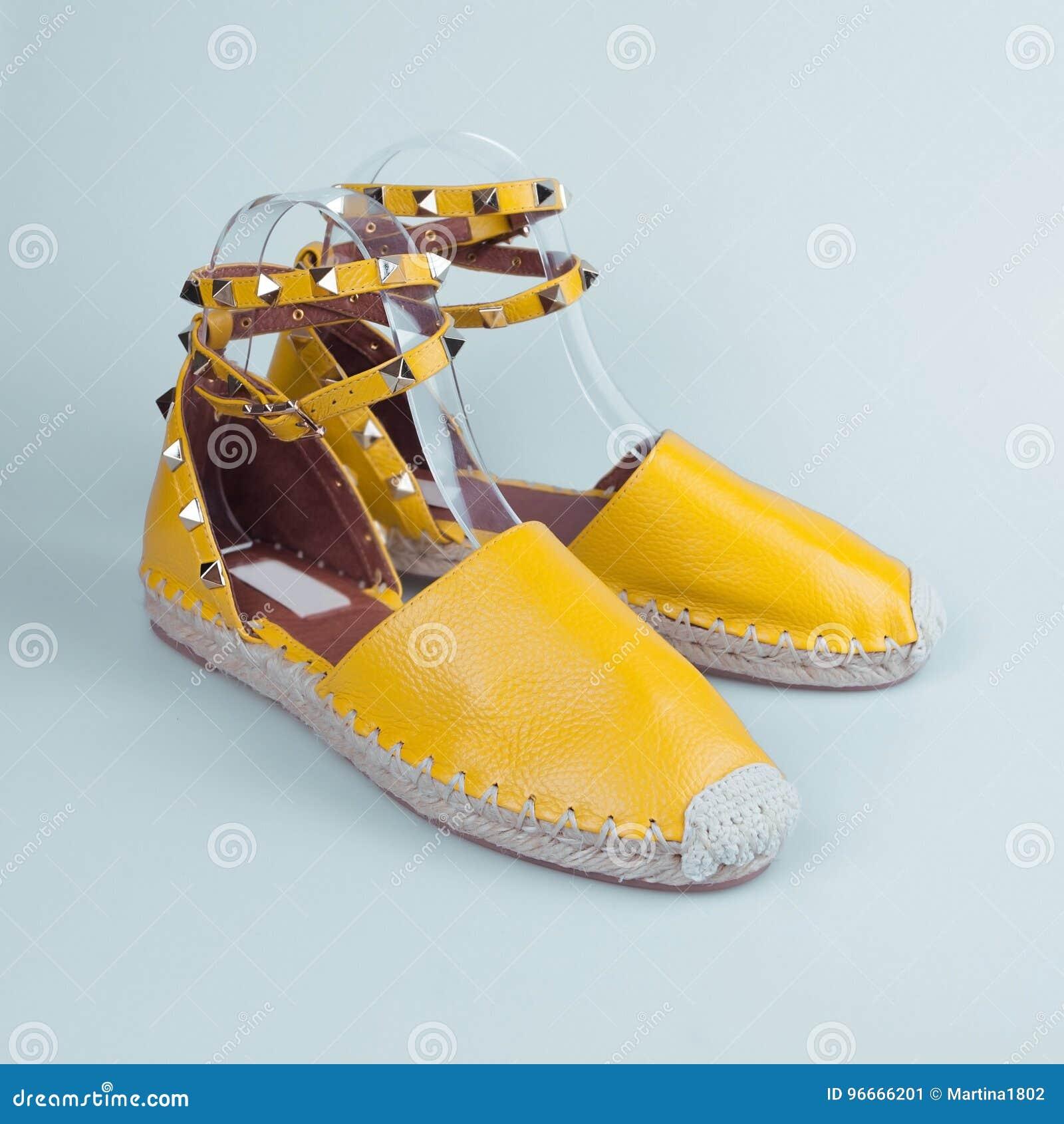 1babef41f24c9 Gelbe Schuhe Des Sommers über Blau Stockbild - Bild von paar