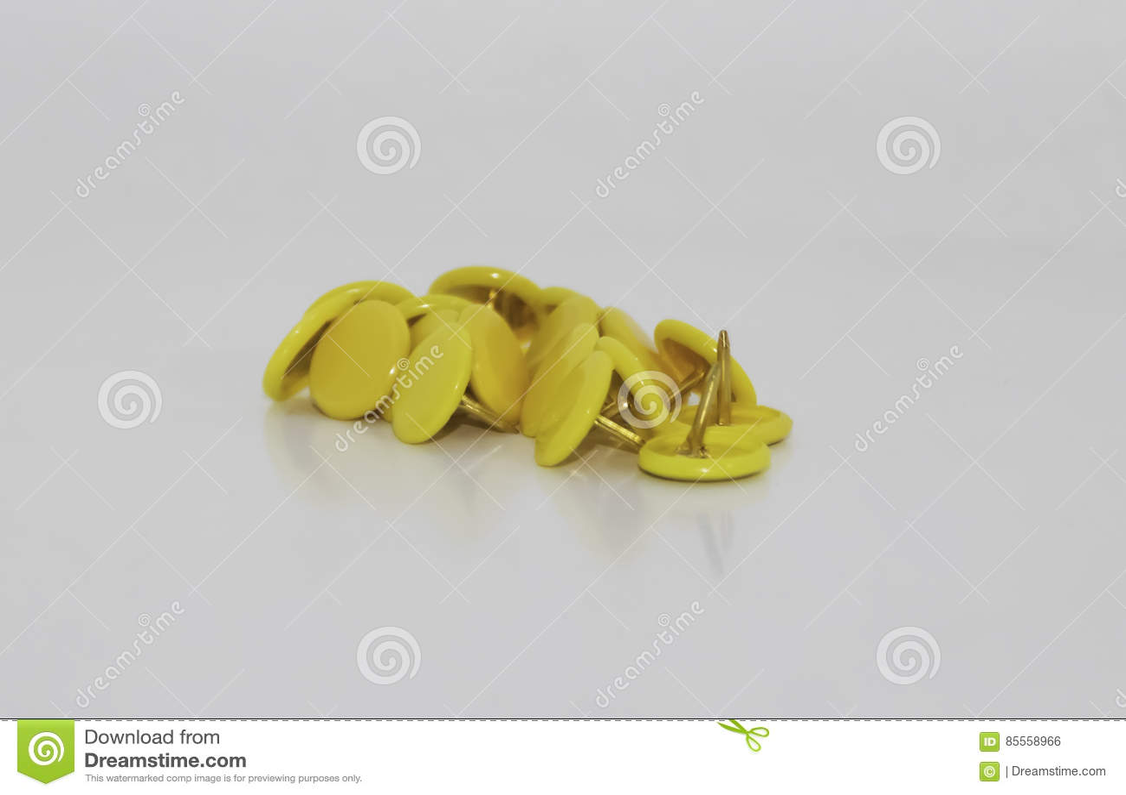 Gelbe Stoßstifte von einem weißen Hintergrund