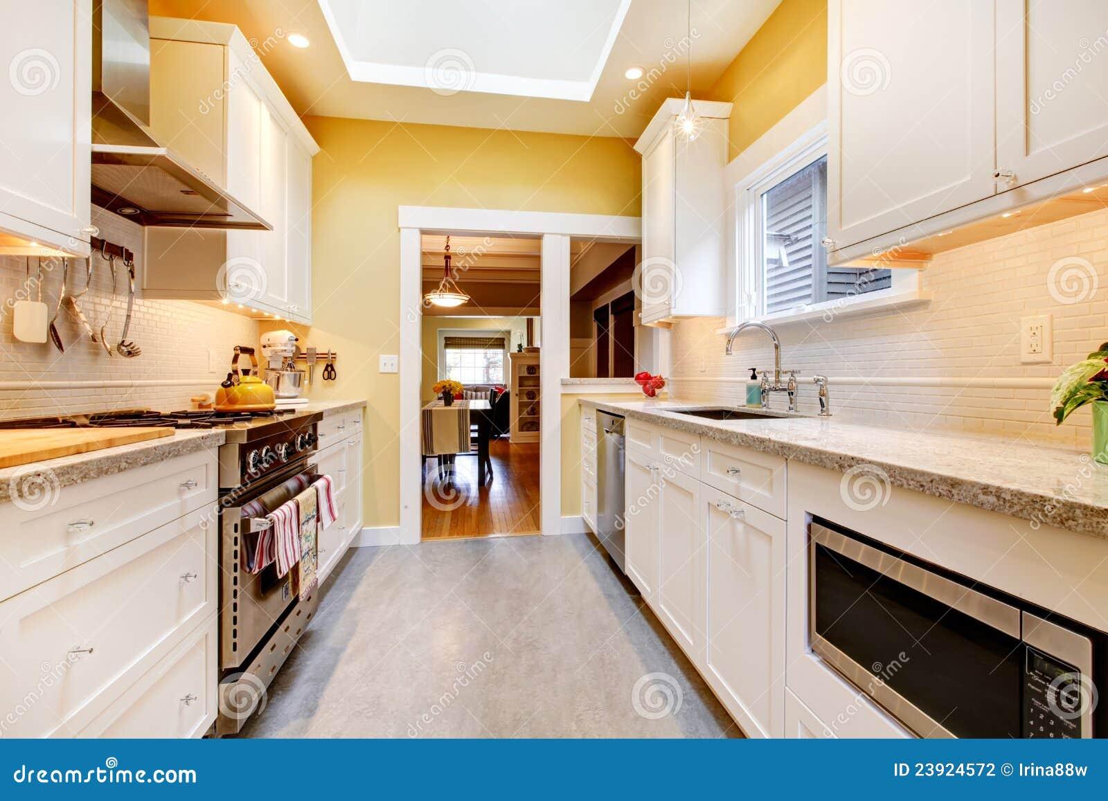 Gelbe Und Weiße Einfache Küche Mit Oberlicht. Stockfoto - Bild von ...
