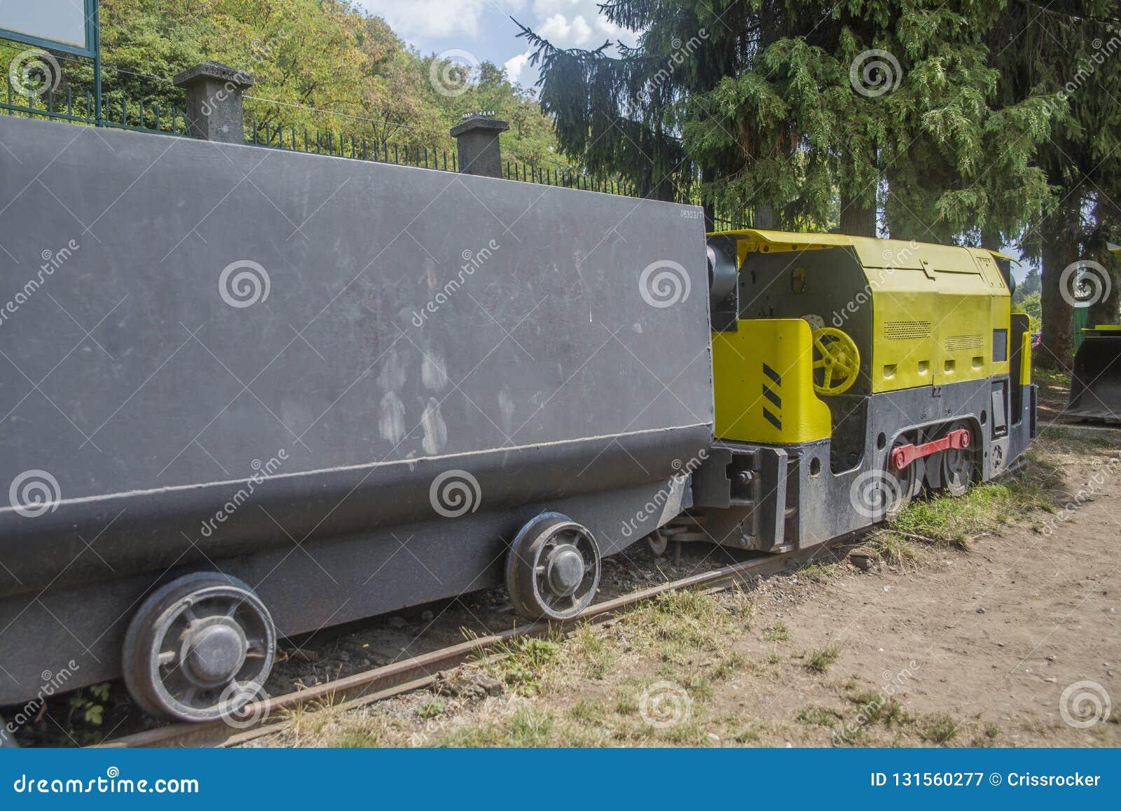 Gelber Bergbauzug mit Lastwagen