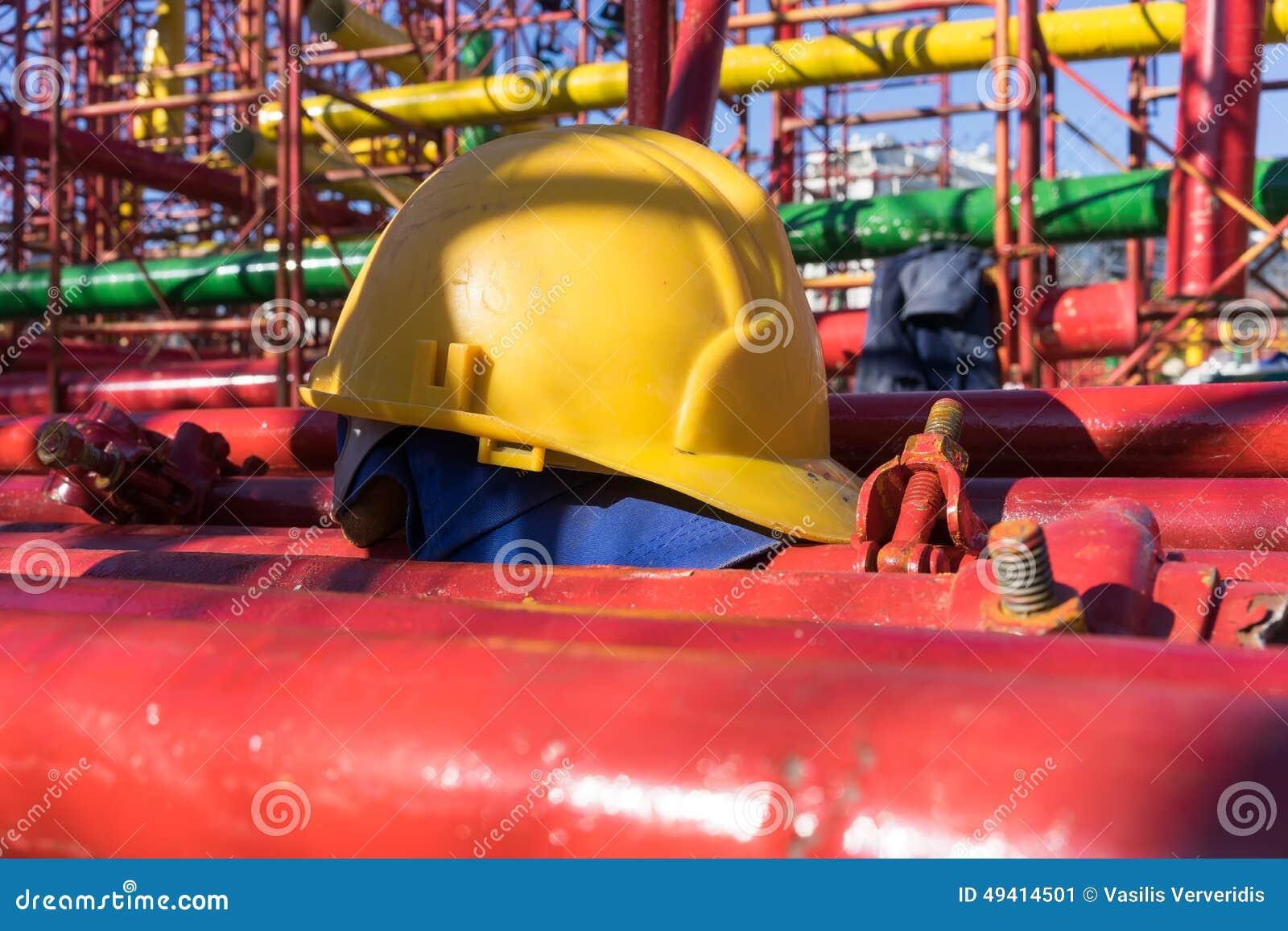 Download Gelber Hardhat Auf Baustelle Stockbild - Bild von erbauer, sicherheit: 49414501