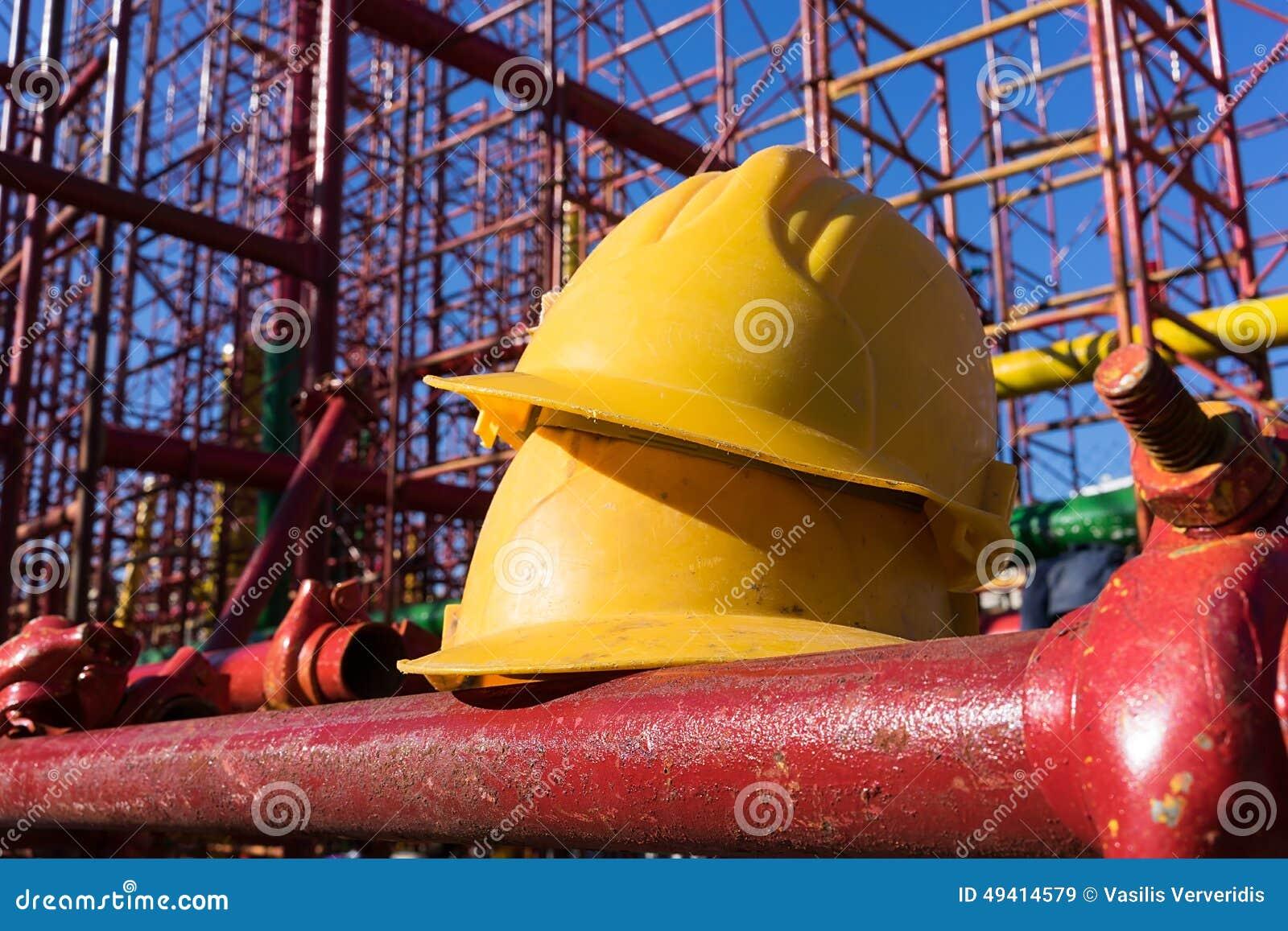 Download Gelber Hardhat Auf Baustelle Stockbild - Bild von aktivität, schutz: 49414579