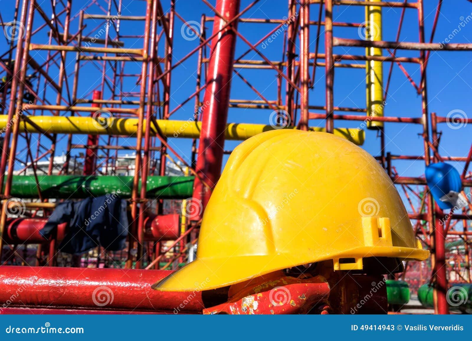 Download Gelber Hardhat Auf Baustelle Stockbild - Bild von schmutzig, zustand: 49414943