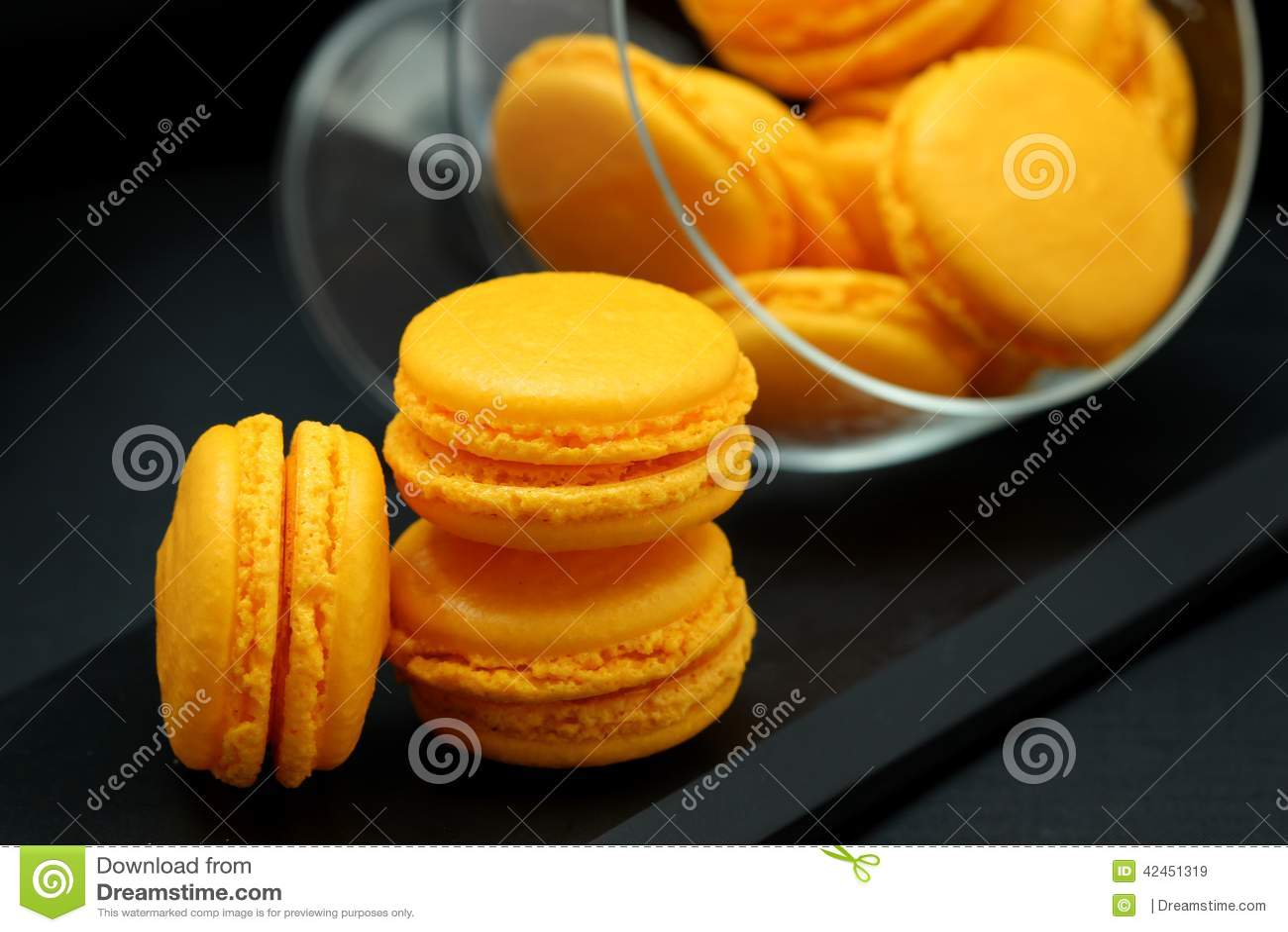 Gelber Macarons-Abschluss oben in einem Glasvase