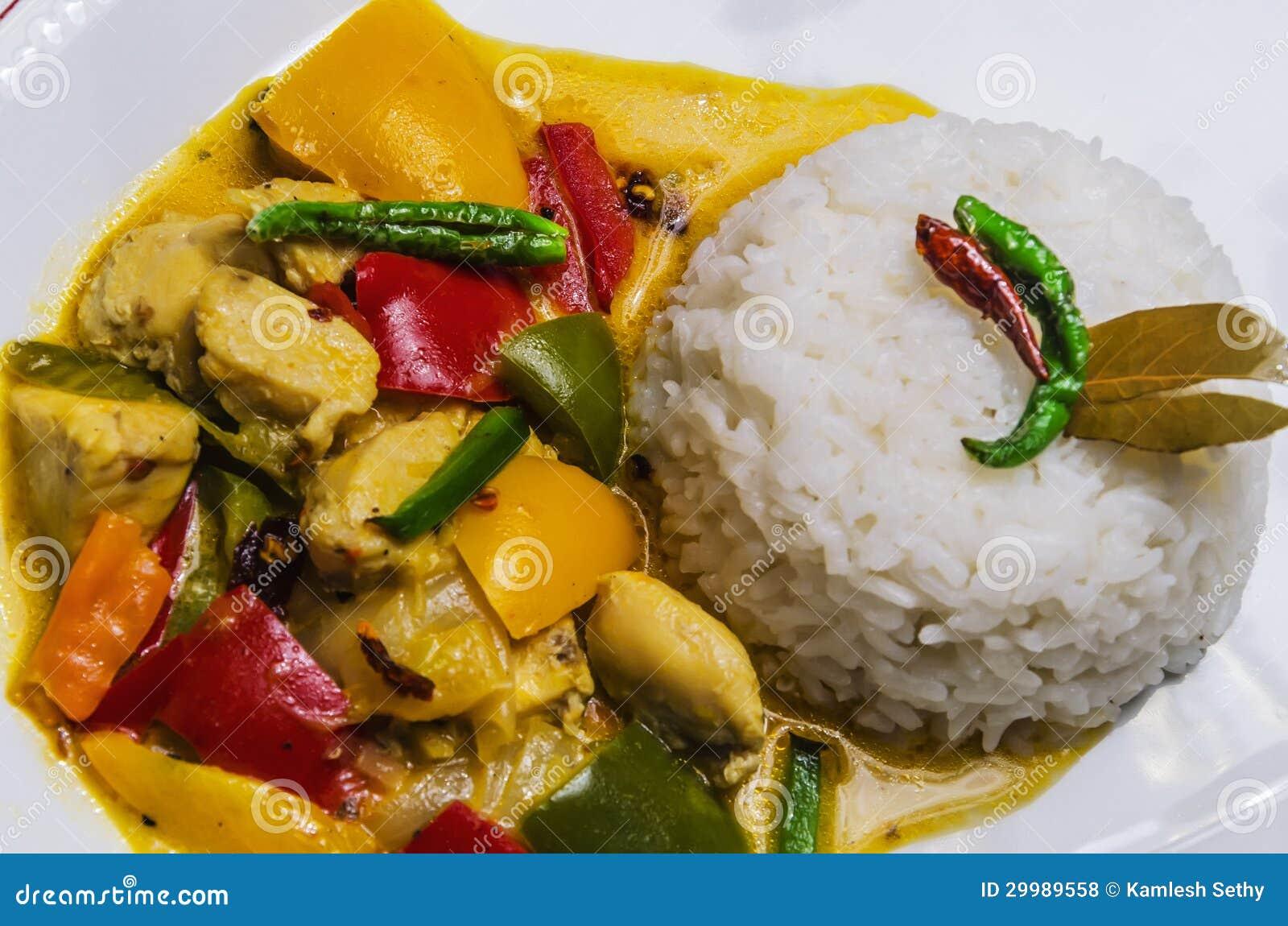 Gelber Thailändischer Huhn-Curry Mit Reis Stockfoto - Bild von ...