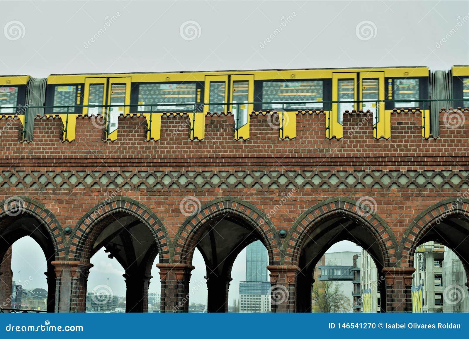 Gelber Zug über der Brücke