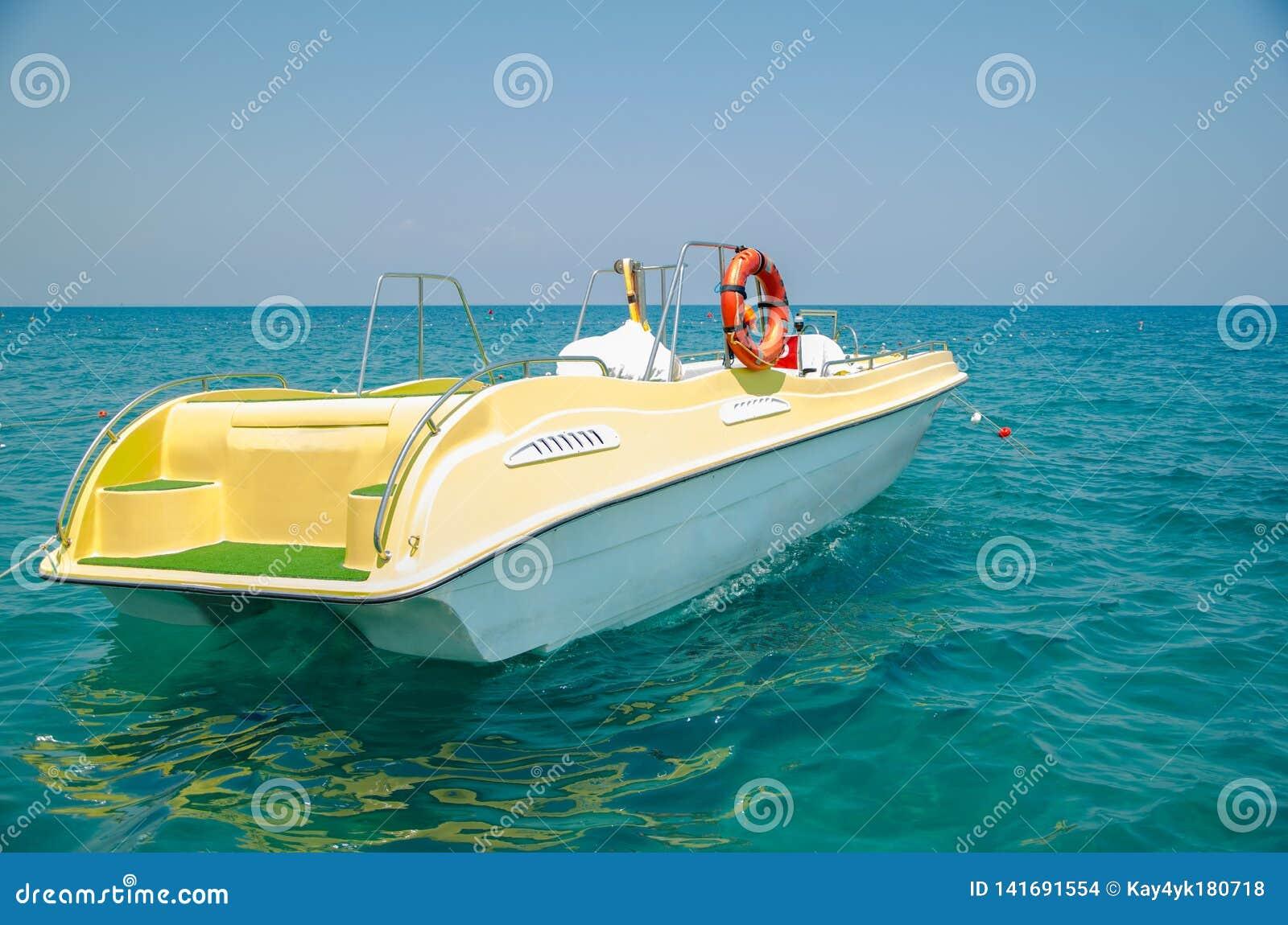 Gelbes Boot im Meer Rettungsboot Fischerei auf einer Yacht