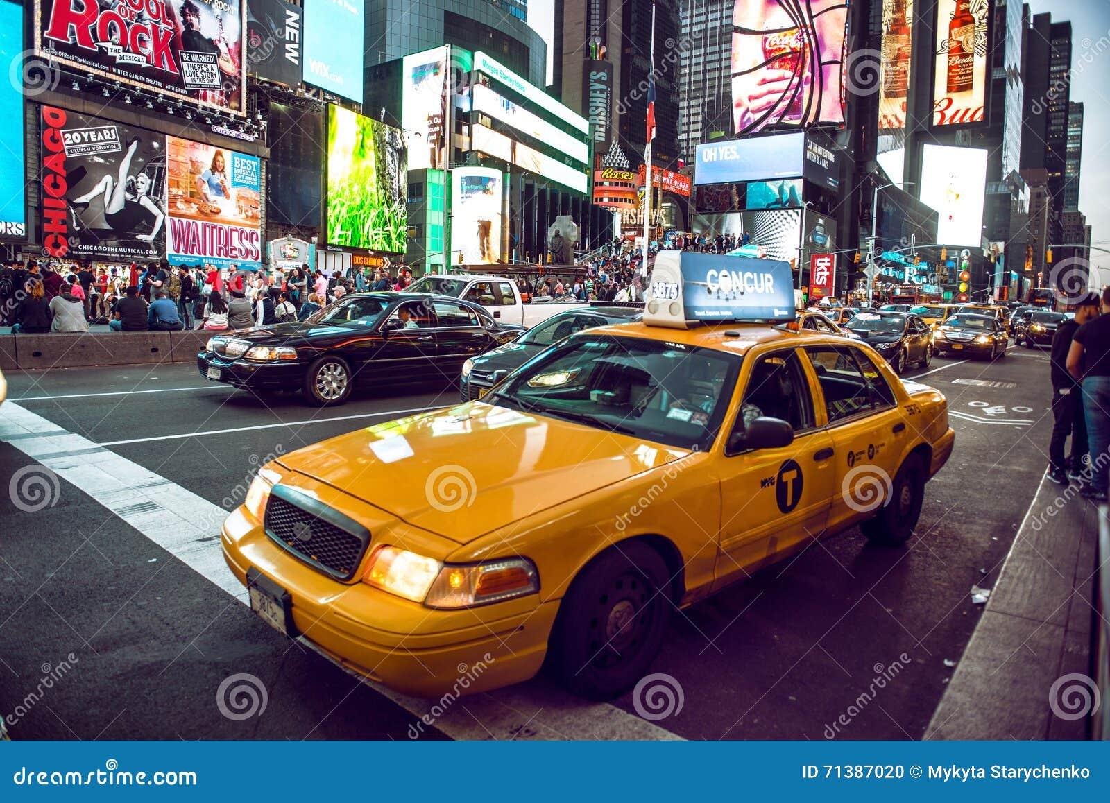 Gelbes Fahrerhaus auf Times Square-Verkehr und lebhafter LED unterzeichnet, ist ein Symbol von New York City und von Vereinigten