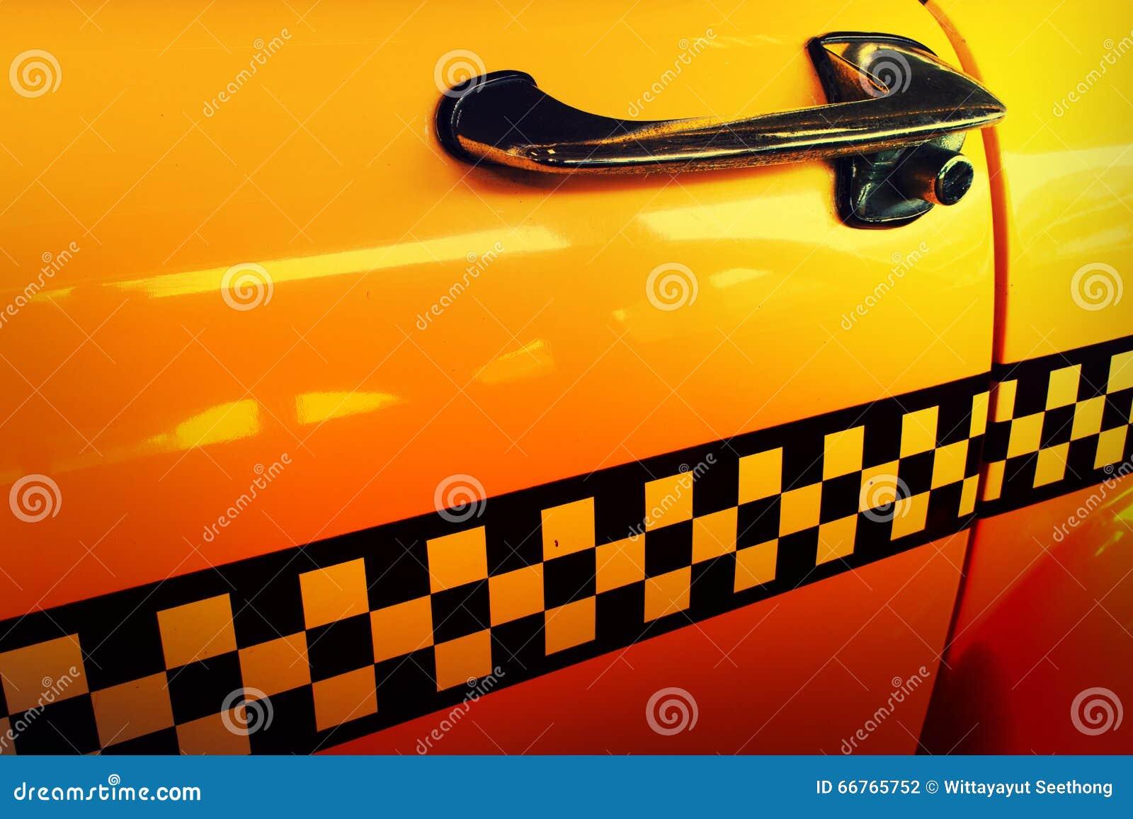Gelbes Fahrerhaus-Taxi, Tür des Taxis mit Kontrolleur