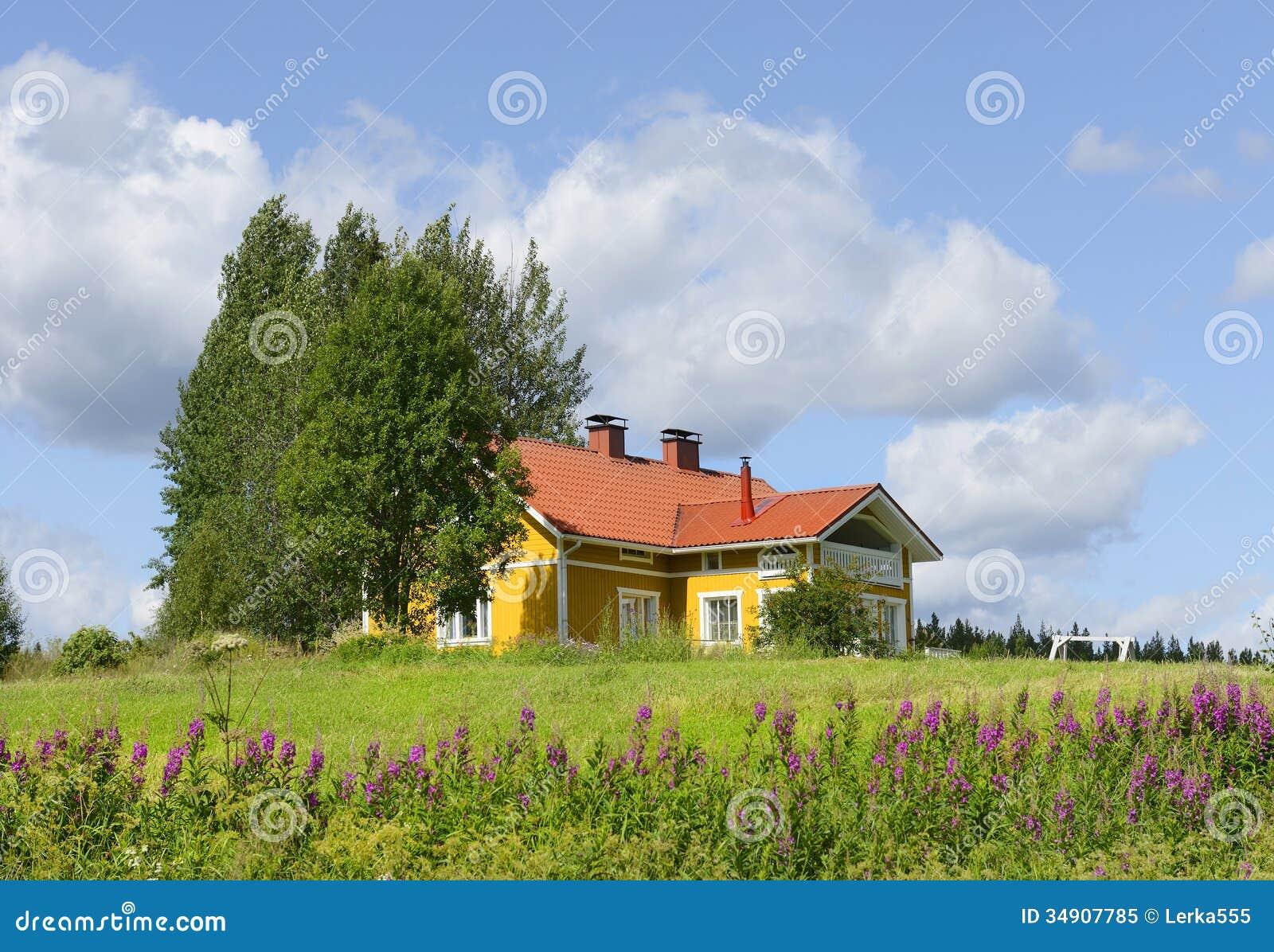 gelbes haus mit einem roten dach stockbild bild von gelb scenics 34907785. Black Bedroom Furniture Sets. Home Design Ideas