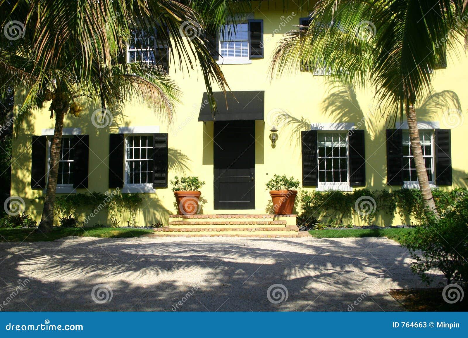 Gelbes Haus Mit Schwarzen Blendenverschlussen Stockbild Bild Von