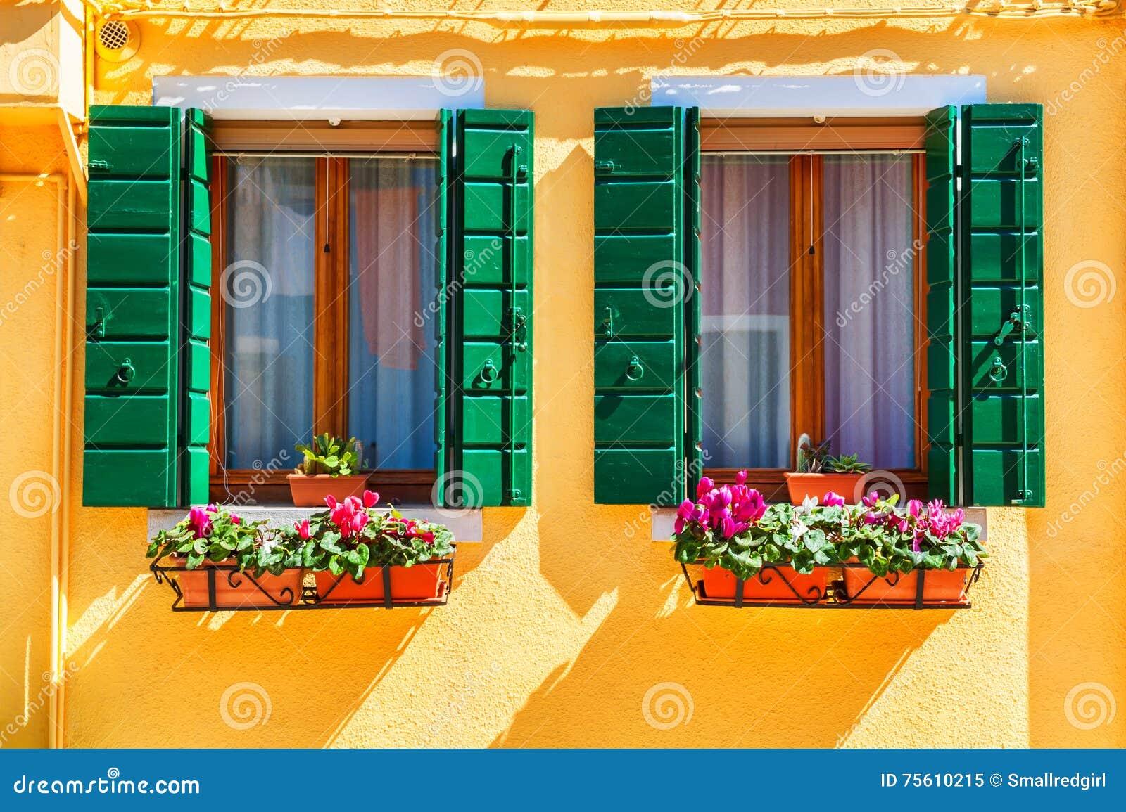 Gelbes Haus Und Fenster Mit Grunen Fensterladen Stockbild Bild Von
