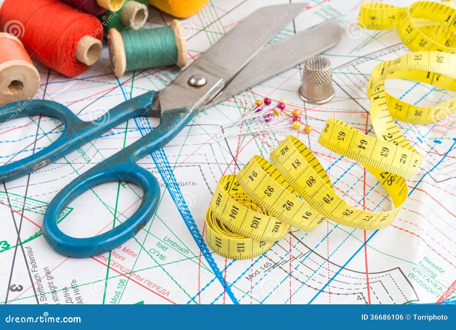 Gelbes messendes Band und nähende Einzelteile