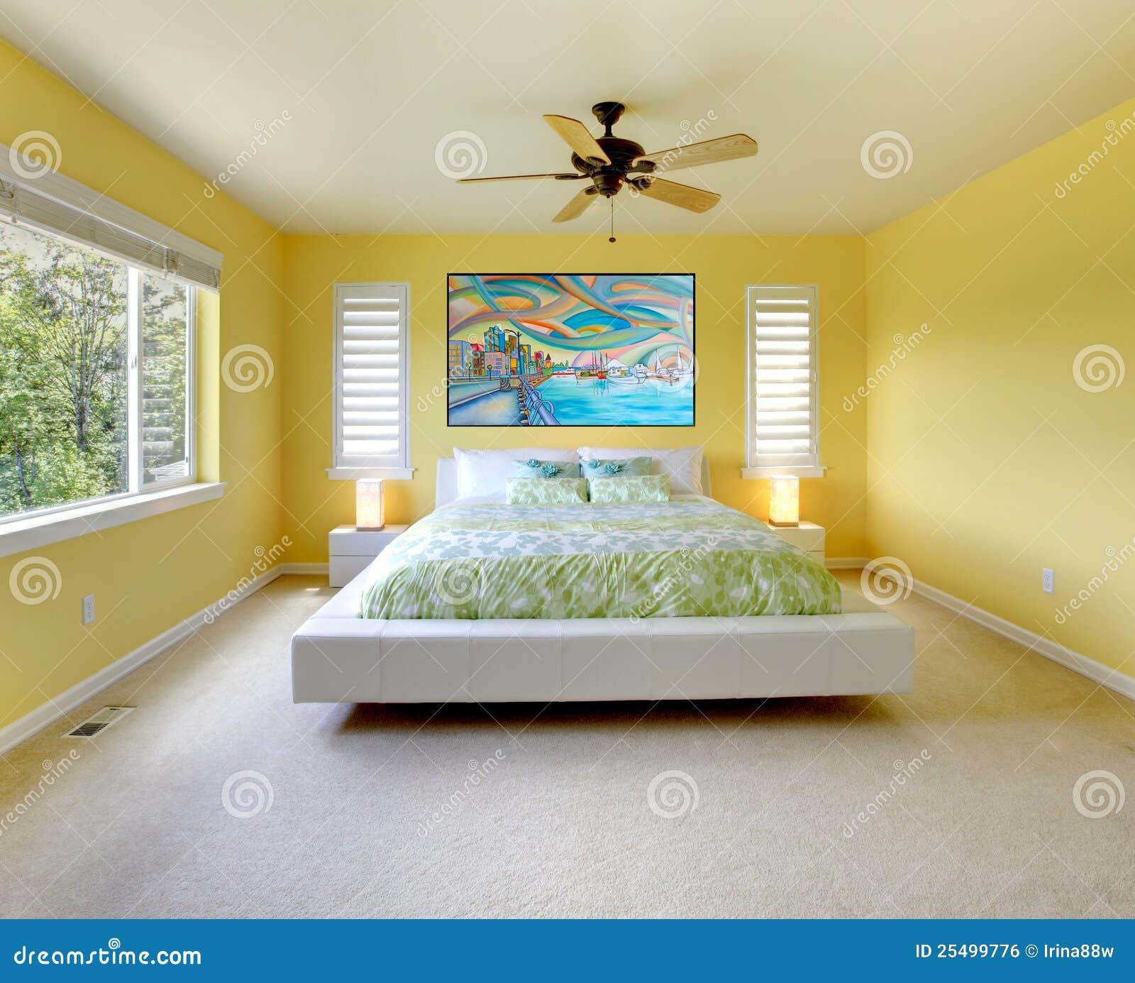 Gelbes Modernes Schlafzimmer Mit Weißem Bett. Lizenzfreies