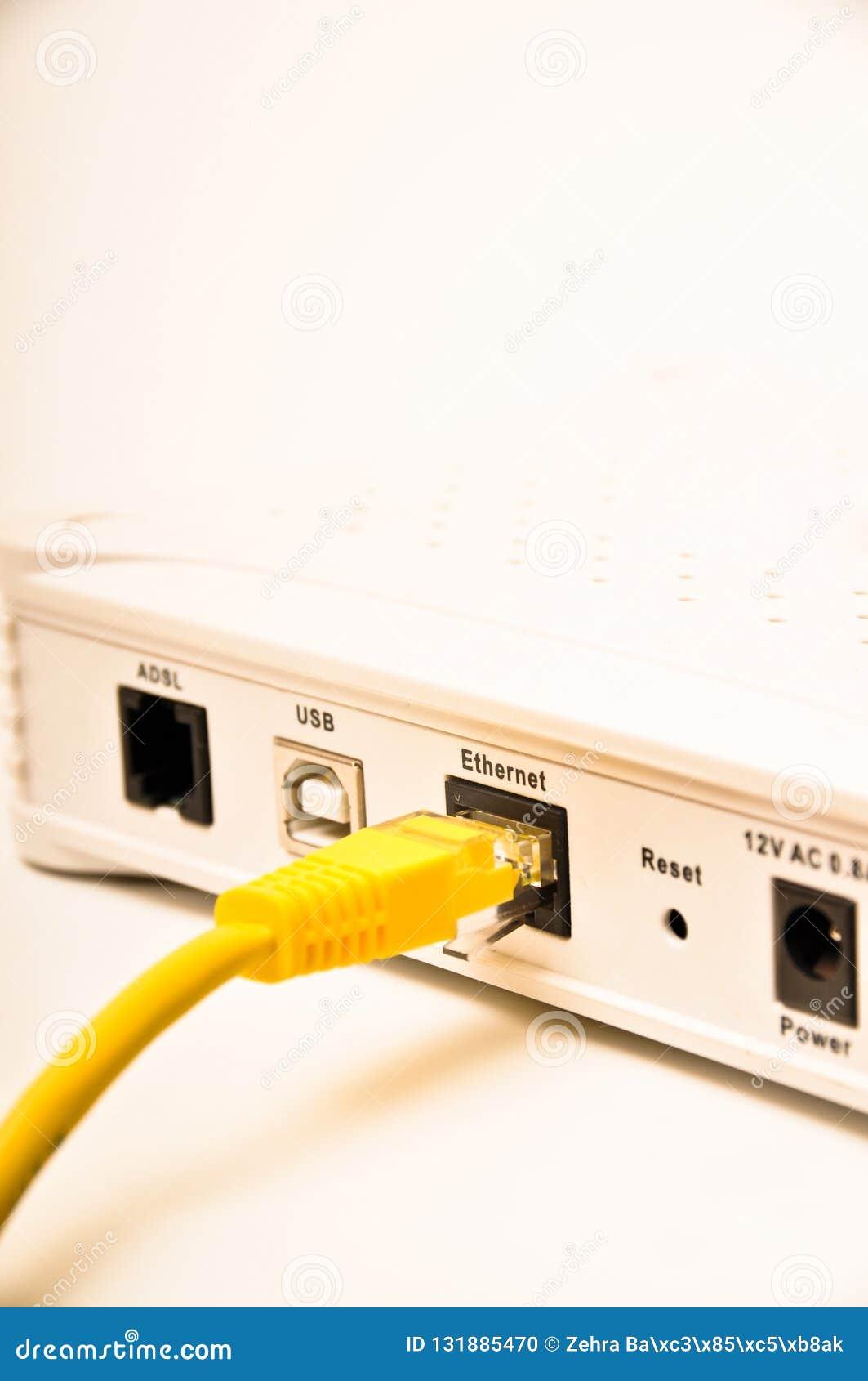Gelbes Netzkabel cad5 und Modem