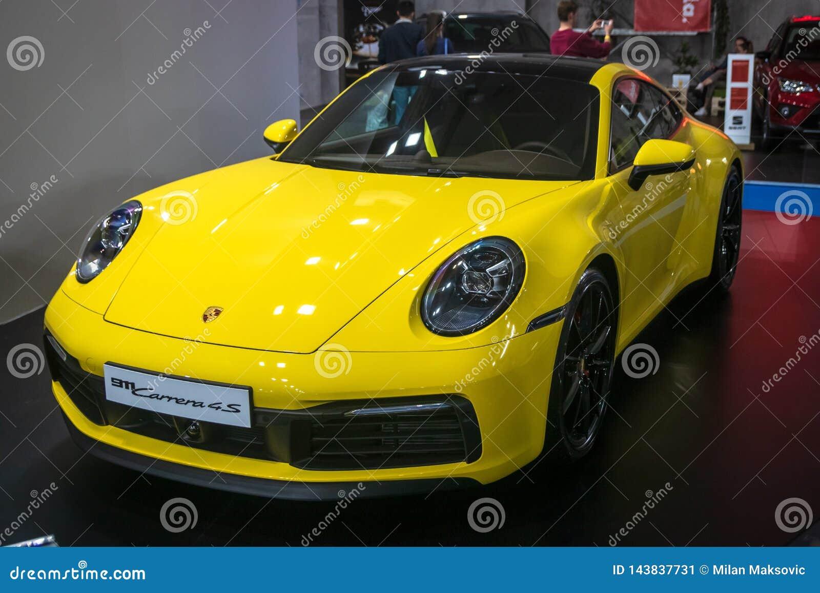 Gelbes Porsche 911 Carrera 4S 2019 auf 54. internationaler Auto- und Autoausstellung Belgrads
