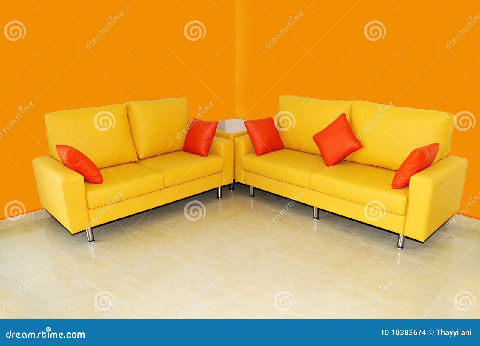 Gelbes Sofa Stellte Mit Kissen Ein Stock Abbildung ...