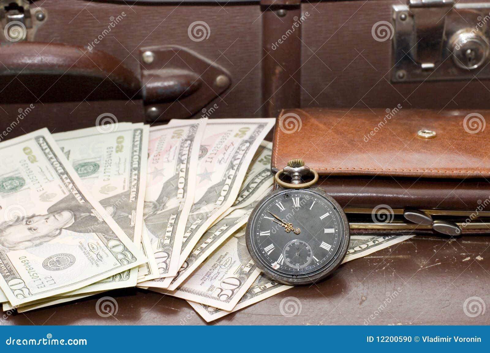 Geld auf einem alten Koffer